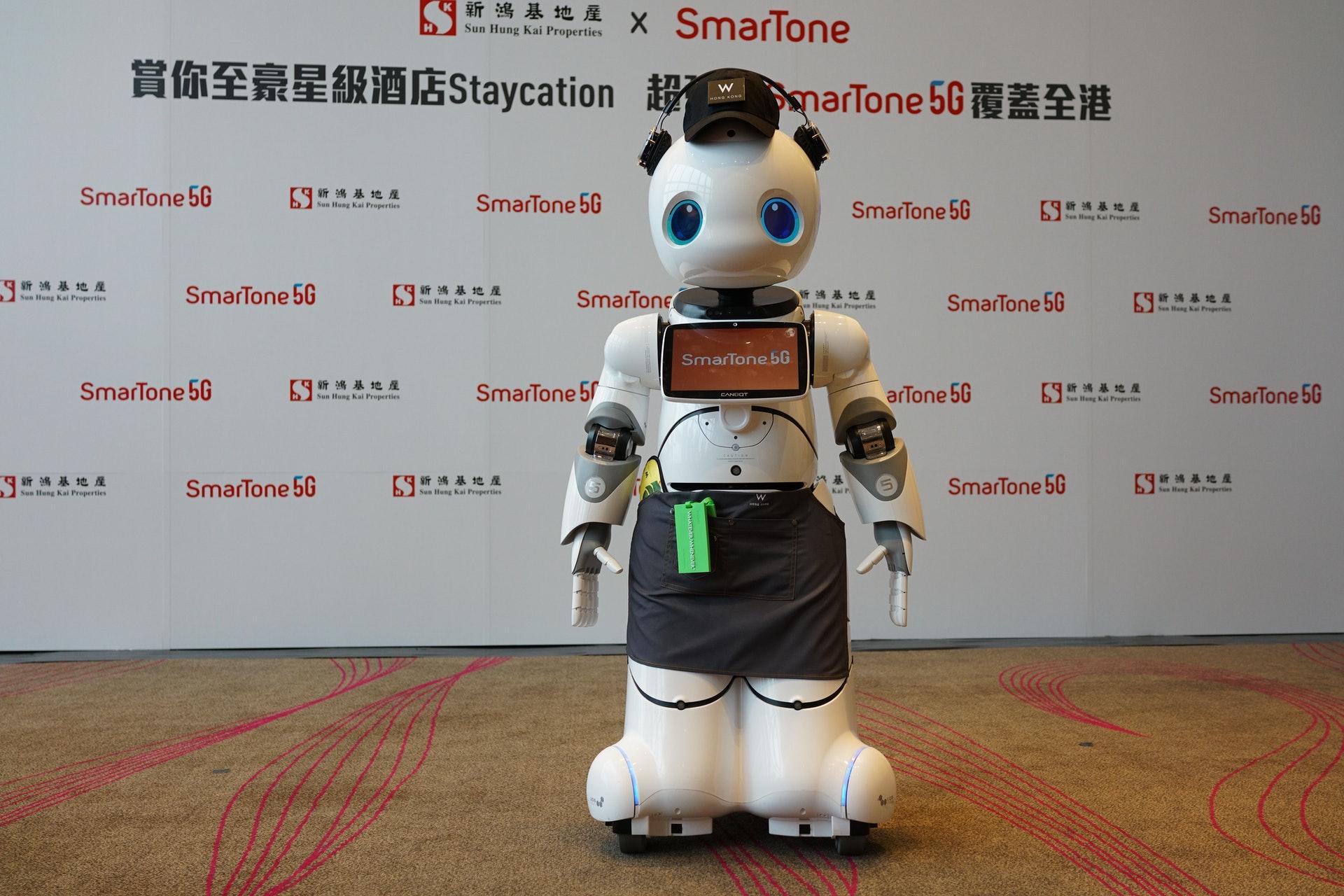 W Hotel引進5G機械人「WW」,利用5G高速低延遲網絡技術,可向客人提供不同服務。(林勇攝)