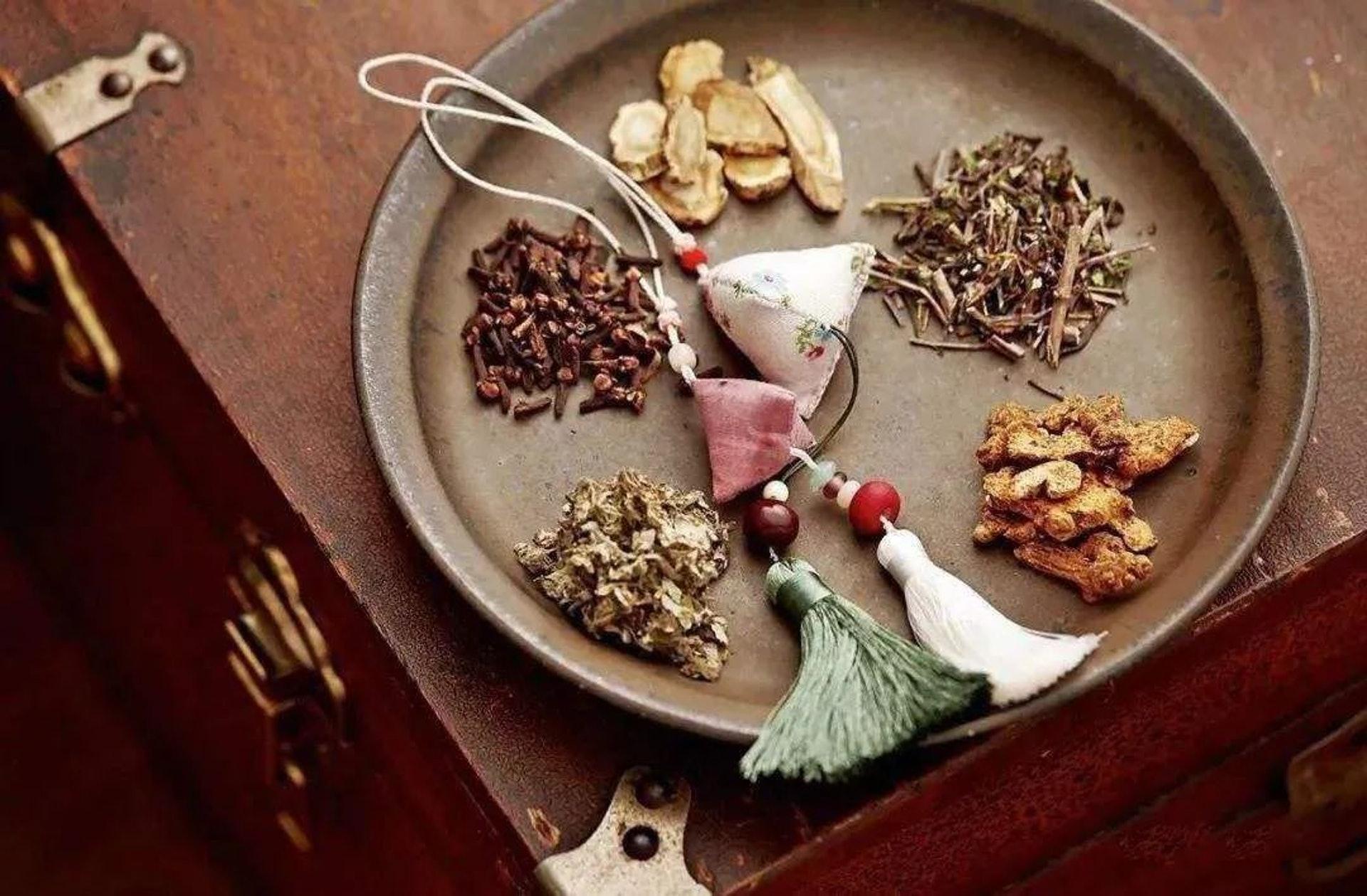 以乾花及中藥材自製香囊是可行,但要注意香氣揮發後會影響驅蟲效果。(圖片:cqcb)