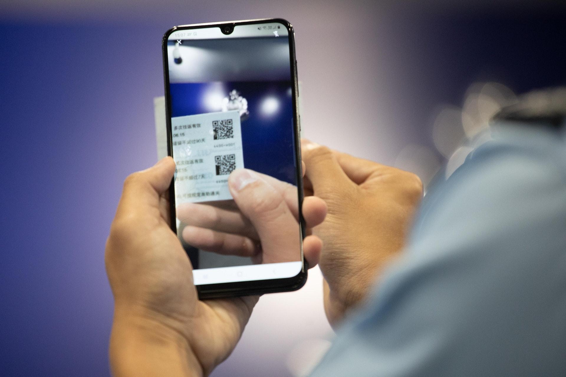 警方將於五月起正式推出流動應用程式「行咇易」(Beat App),協助截停搜查程序,會在1200名前線人員的公務手機上安裝。(梁鵬威攝)