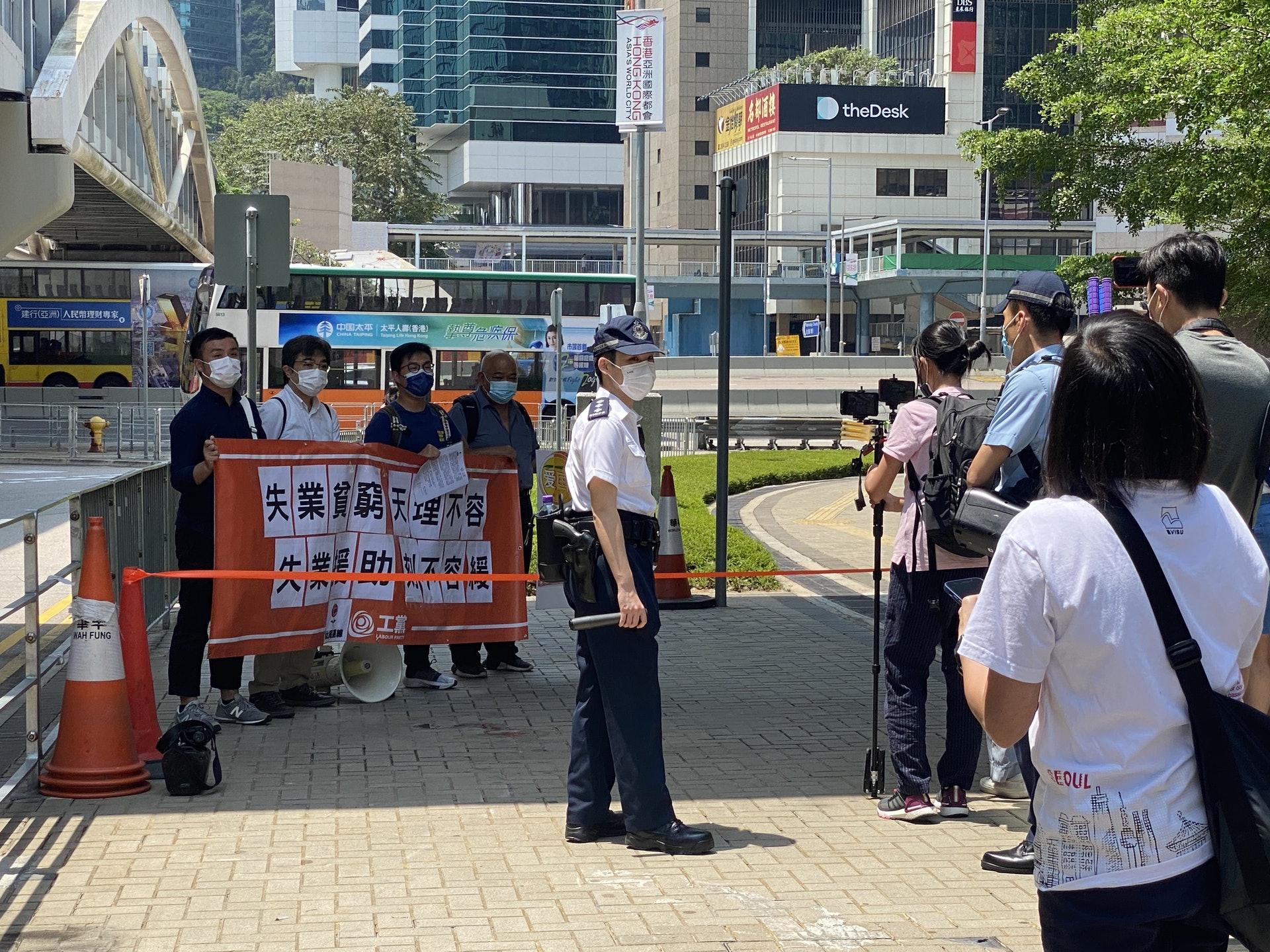 上一批團體未完成抗議,社民連工黨需在相隔約10米位置等候。(鍾妍攝)