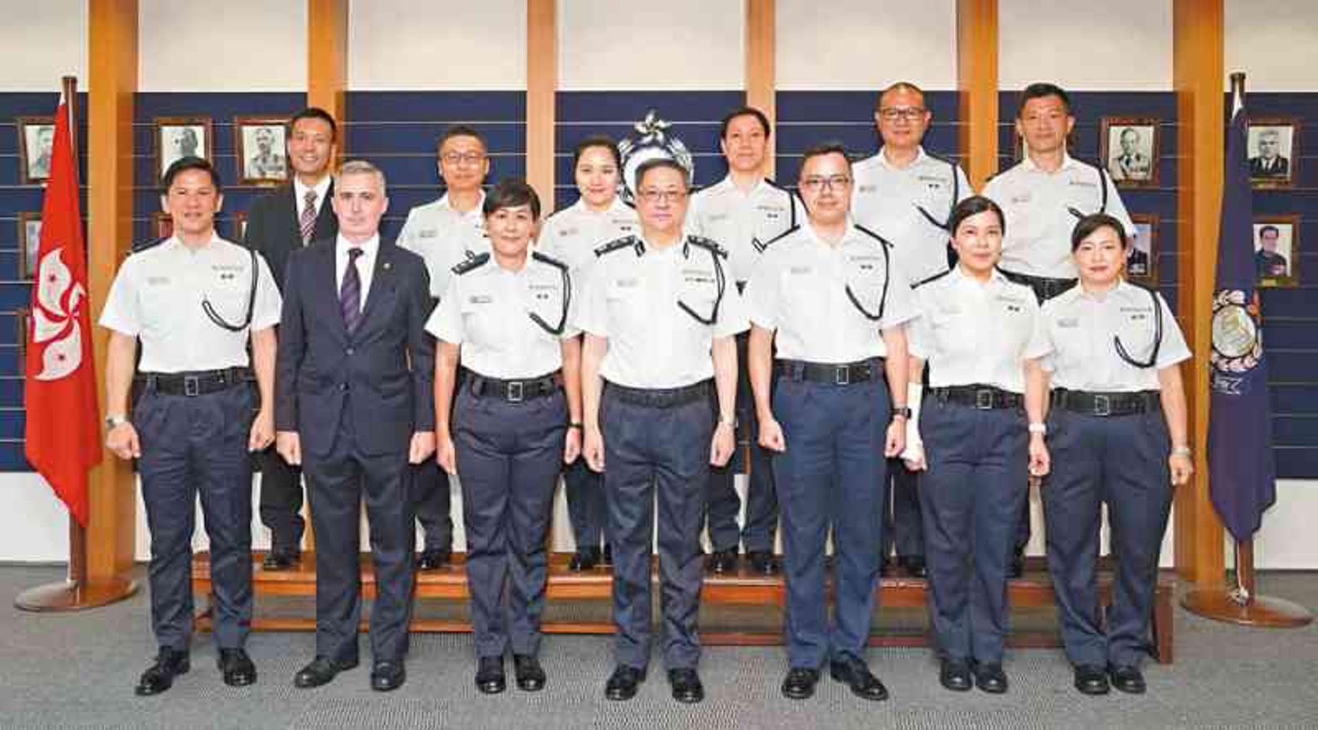 龍少泉(前左一)在2019年擢升為警司。(《警聲》圖片)