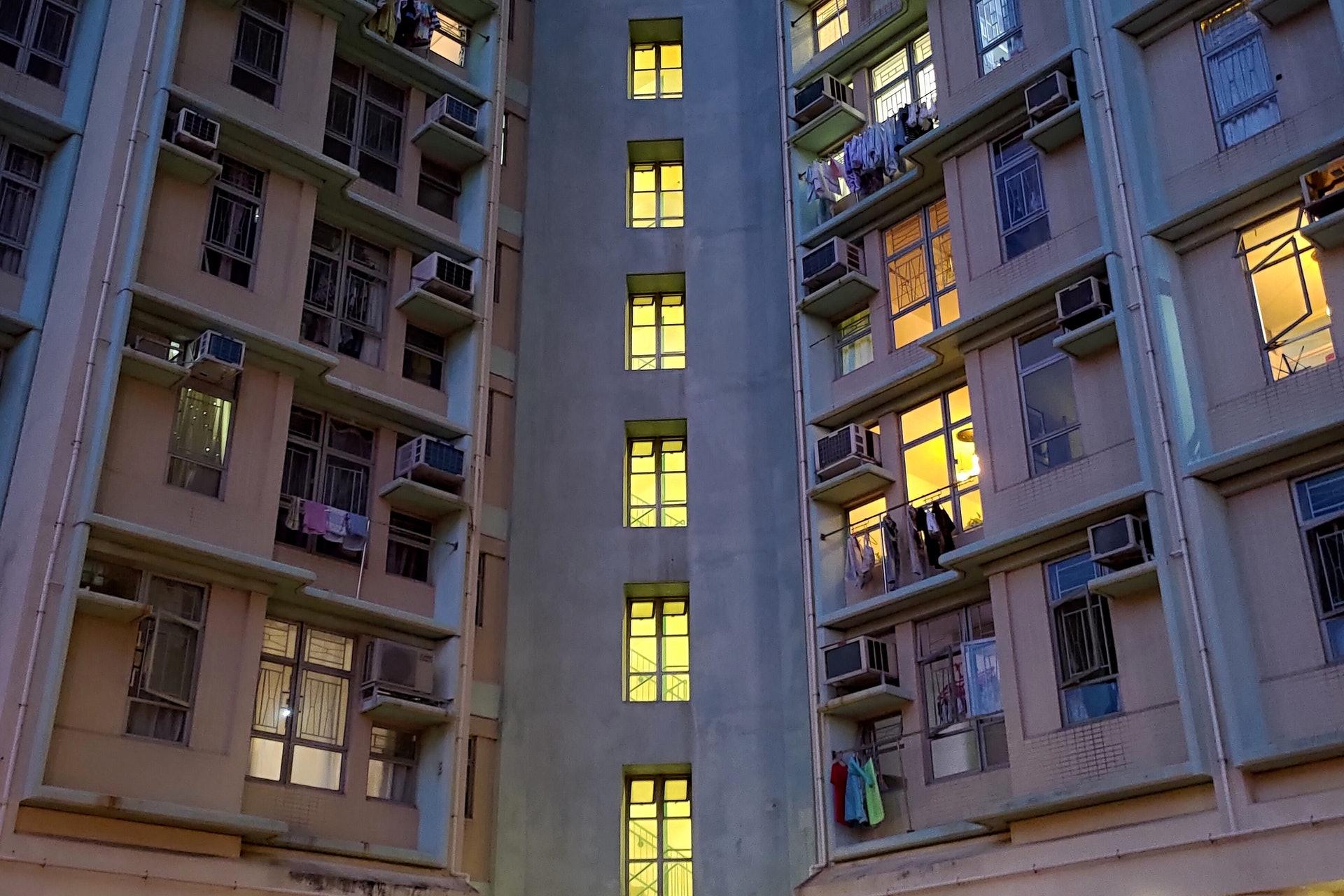 16歲少女遭可疑男子尾隨至高翔苑大廈走廊,對方從後箍頸。(余睿菁攝)