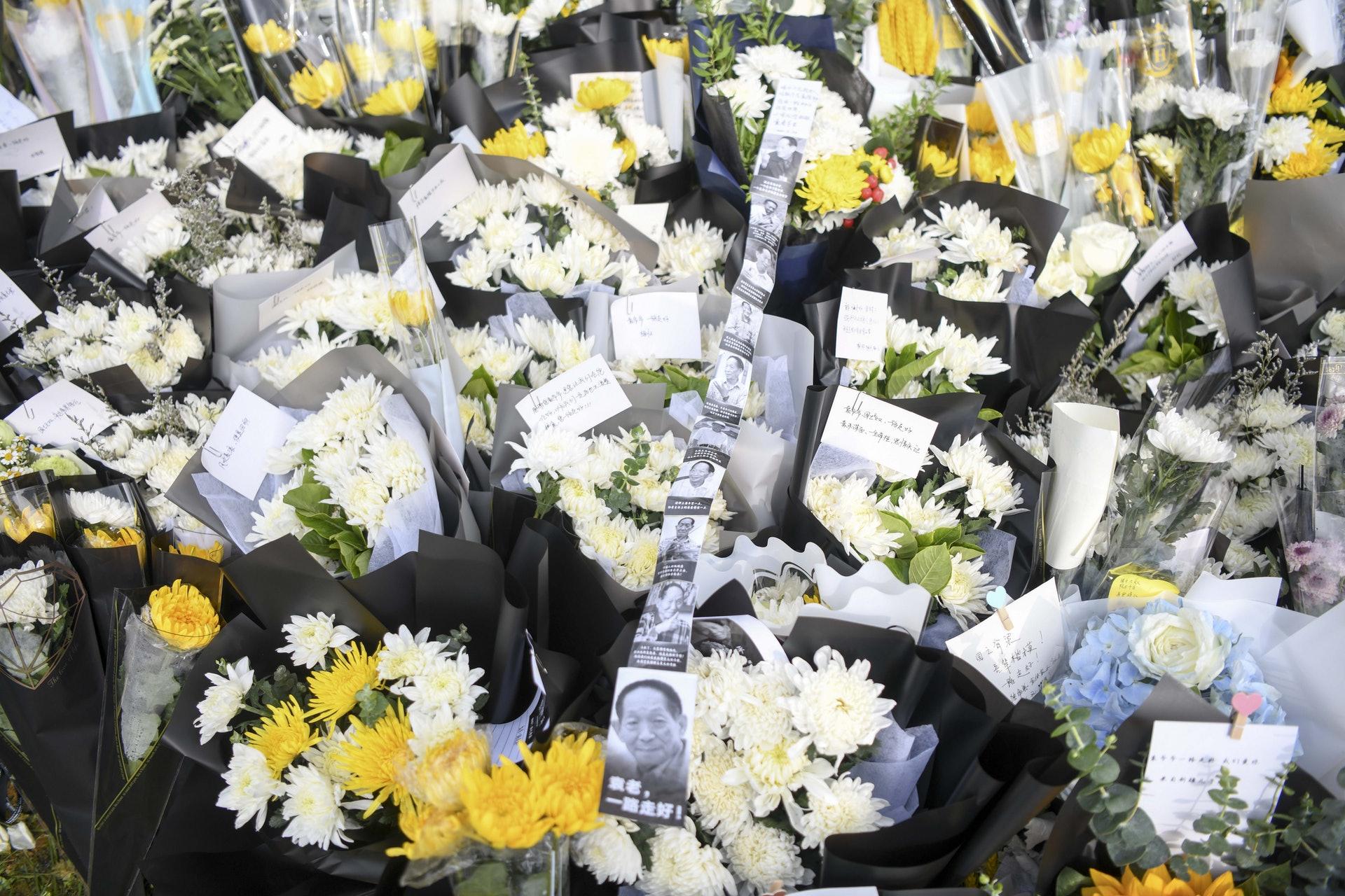 圖為民眾在明陽山殯儀館為袁隆平送上的鮮花。(中新社)
