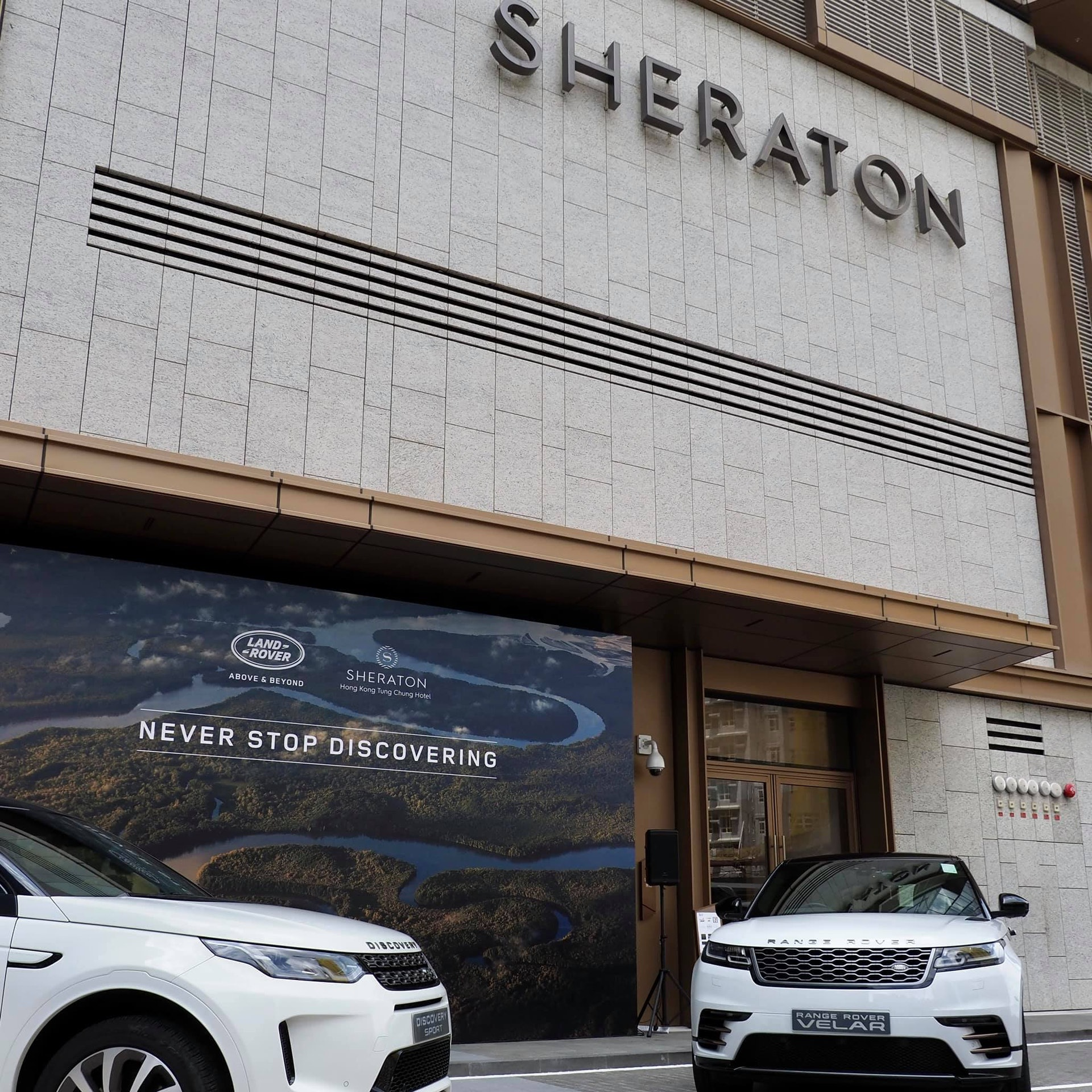 入住非套房可享60分鐘Land Rover Discovery Sport Land Rover駕駛體驗;入住套房可享120分鐘Range Rover Velar Land Rover駕駛體驗。(東涌世茂喜來登酒店圖片)