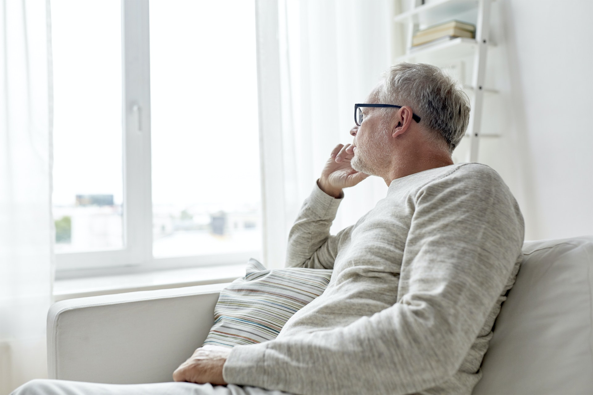 不少柏金遜症患者因活動能力受損、要家人照顧而產生焦慮情緒。(圖片:shutterstock)