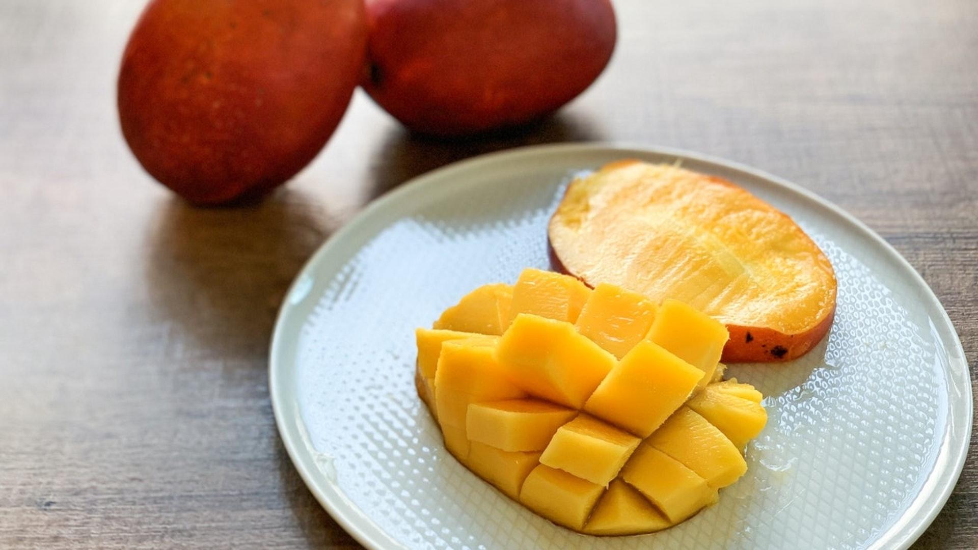芒果被李時珍稱為「果中珍品」,具有益胃、養腎、健脾等作用,但皮膚敏感及糖尿病患者不宜食用。(圖片:hk01)