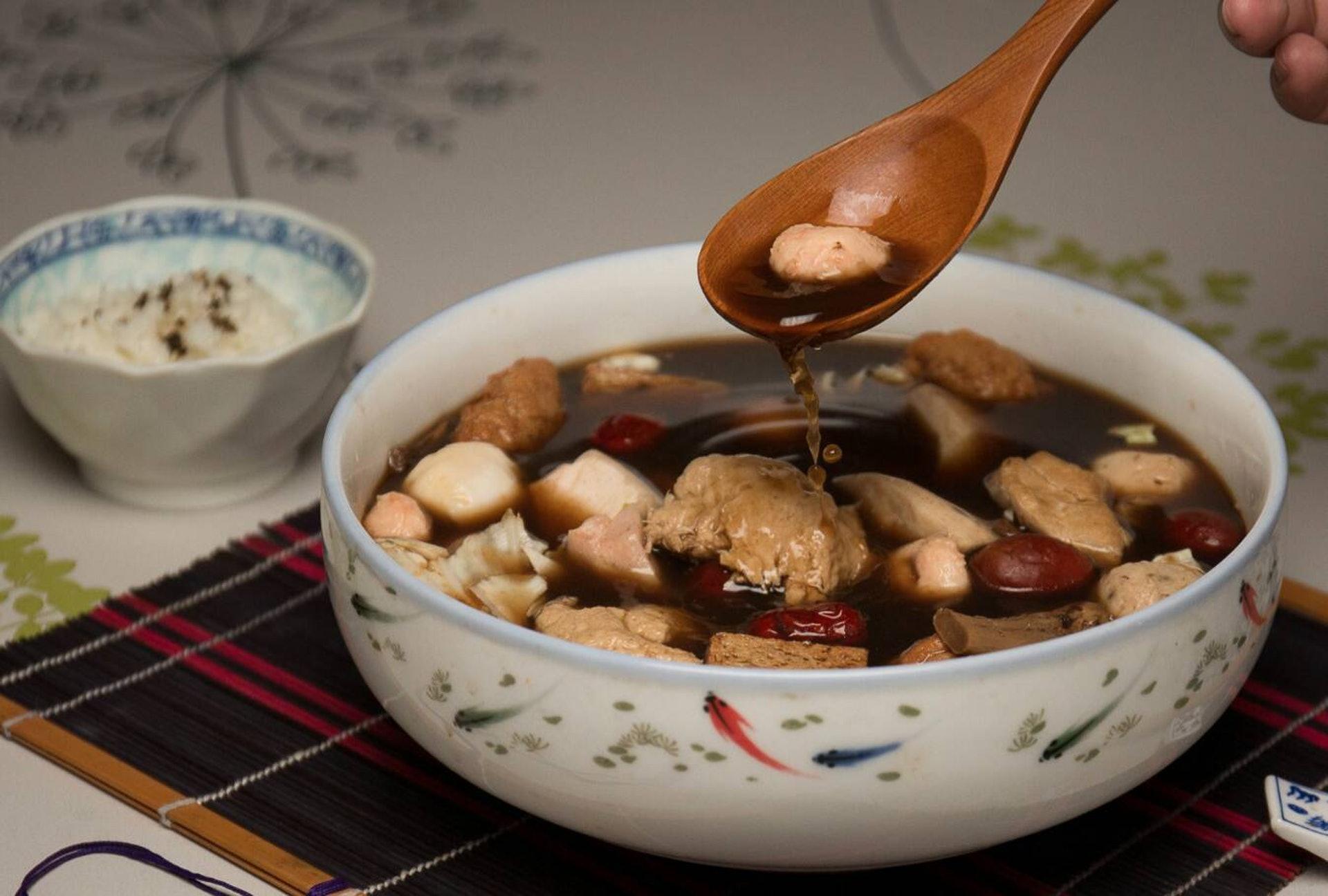 坐月第三階段是「益氣養血,補腎壯骨」,可用「十全大補湯」,主要材料有人參(可用黨參取代)、白朮、茯苓、甘草、當歸、川芎、熟地黃、白芍、黃耆、肉桂、生薑及大棗。(圖片:tcfood)