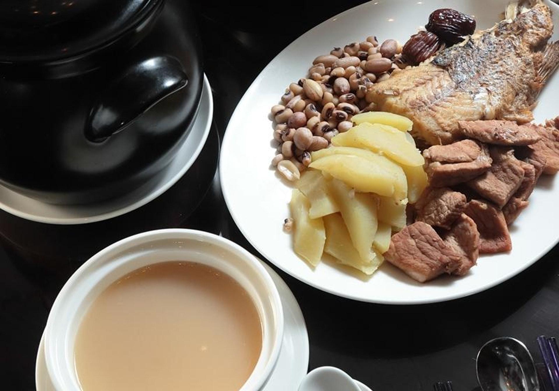 哺乳母親可多吃有上奶及催奶效果的食物,例如魚湯、豆製品、木瓜、花生、黑芝麻、海參等。部分食材常見於催奶湯,例如青木瓜花生眉豆煲魚尾湯。(圖片:food.ltn)