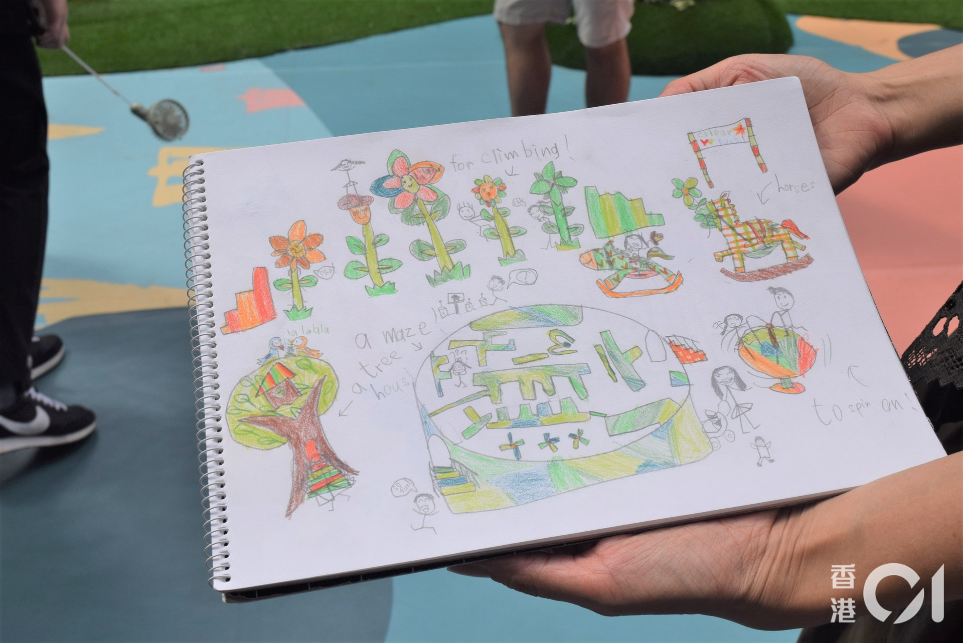 媽媽薛太攜同女兒的手稿來到遊樂場。