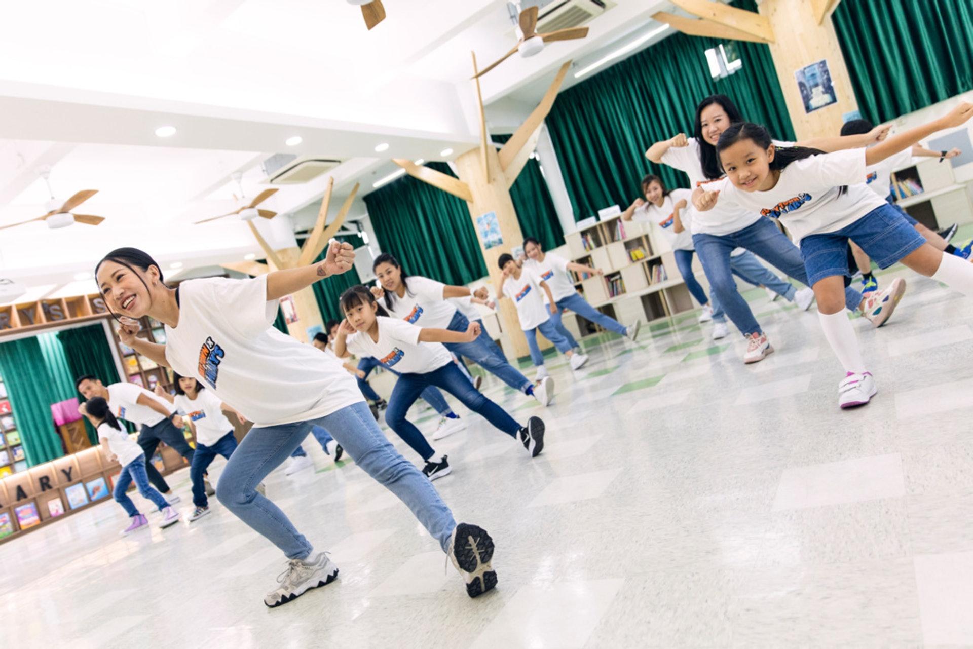 奶茶Lydia和皓嵐把街舞帶入學校,讓家長也一起學習。