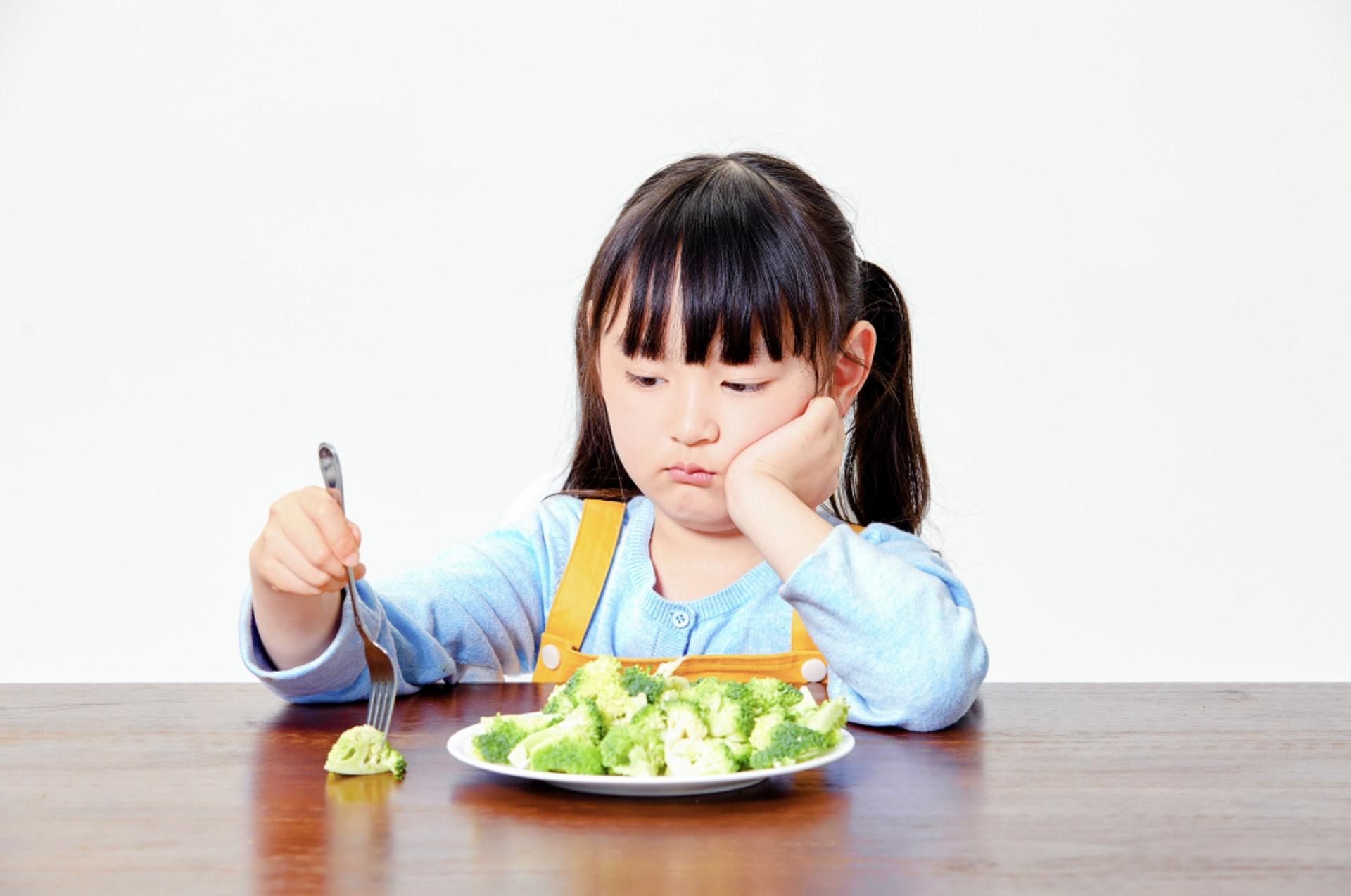 營養師強調,家長不宜自行胡亂為孩子節食,或跟從坊間的無科學根據的餐單減重,否則會影響孩子的胃口或引起反感情緒,更可能會引致貧血、暈眩等情況,長遠會導致營養不良、抵抗力降低及發展遲緩。(圖片:readmop)