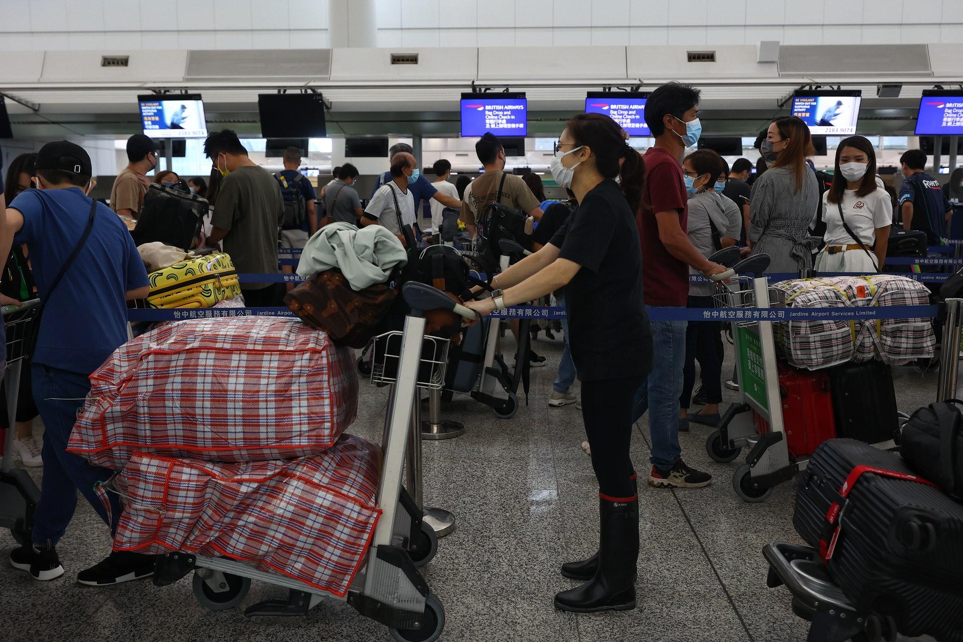 7月18日機場所見,往英國航班的櫃枱人頭湧湧。(張浩維攝)