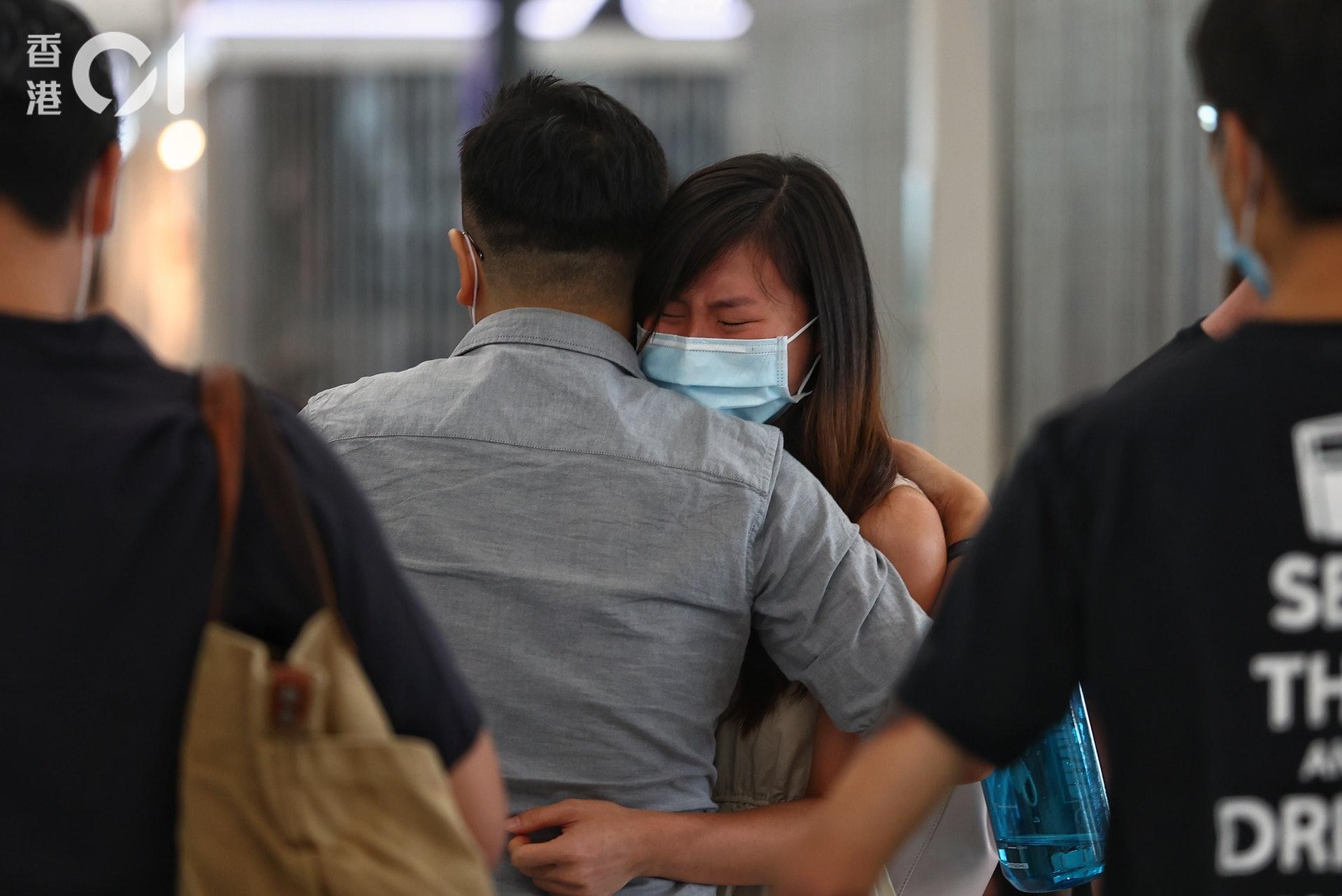 7月18日的機場,再次是一幕幕依依不捨淌淚送機場面。(張浩維攝)