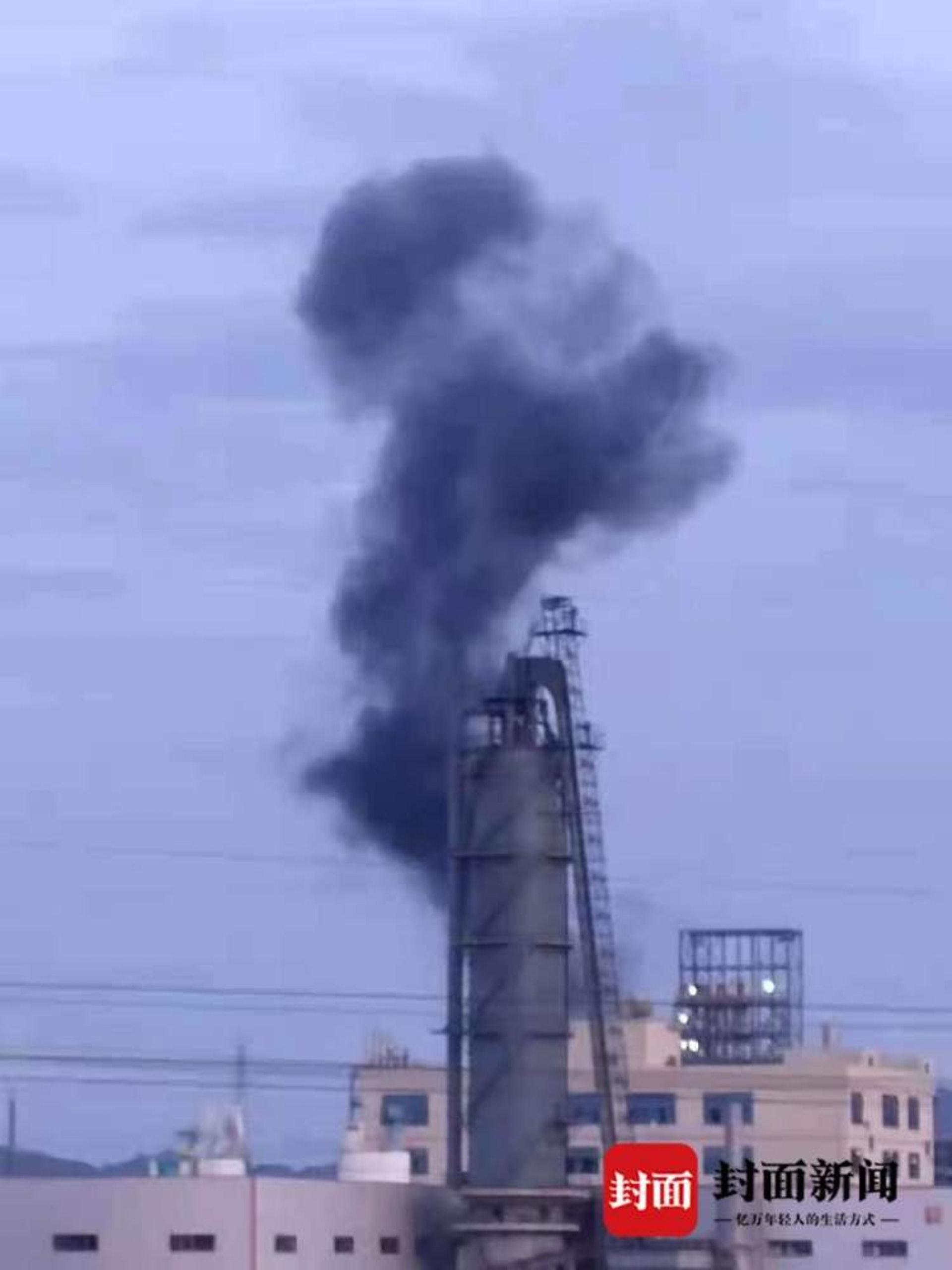 7月16日前後,九二工業基地內曾發生爆炸,有化工設施冒出黑煙。(封面新聞)