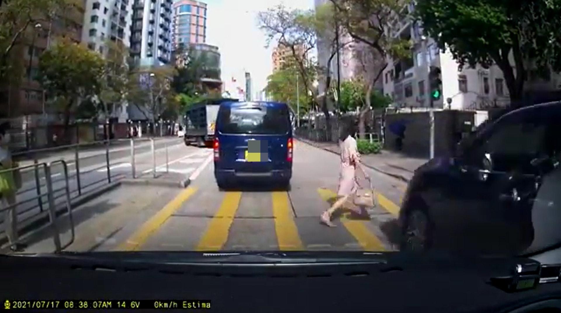 太子道西近加多利大廈對開一安全島上,有一名女子過馬路疑衝紅燈。(網上片段)