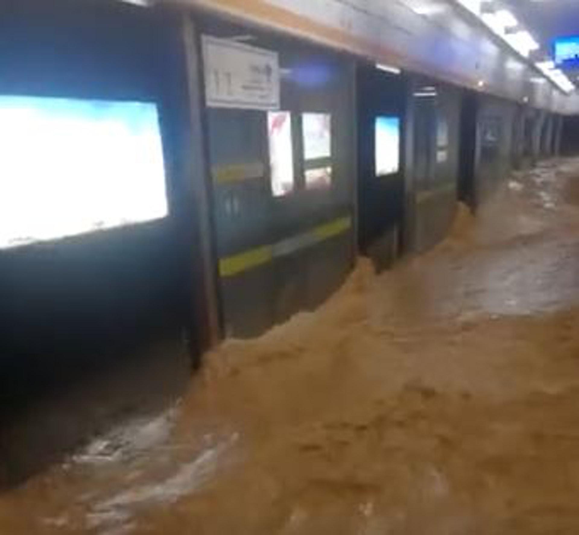 鄭州暴雨導致多個地鐵站積水倒灌,車站為此要臨時關閉。(影片截圖)