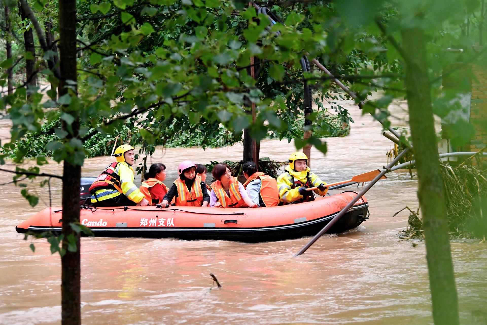 7月20日,受持續強降雨影響,河南省登封市唐莊鎮龍頭村附近突發山洪,村民受困。(新華社)