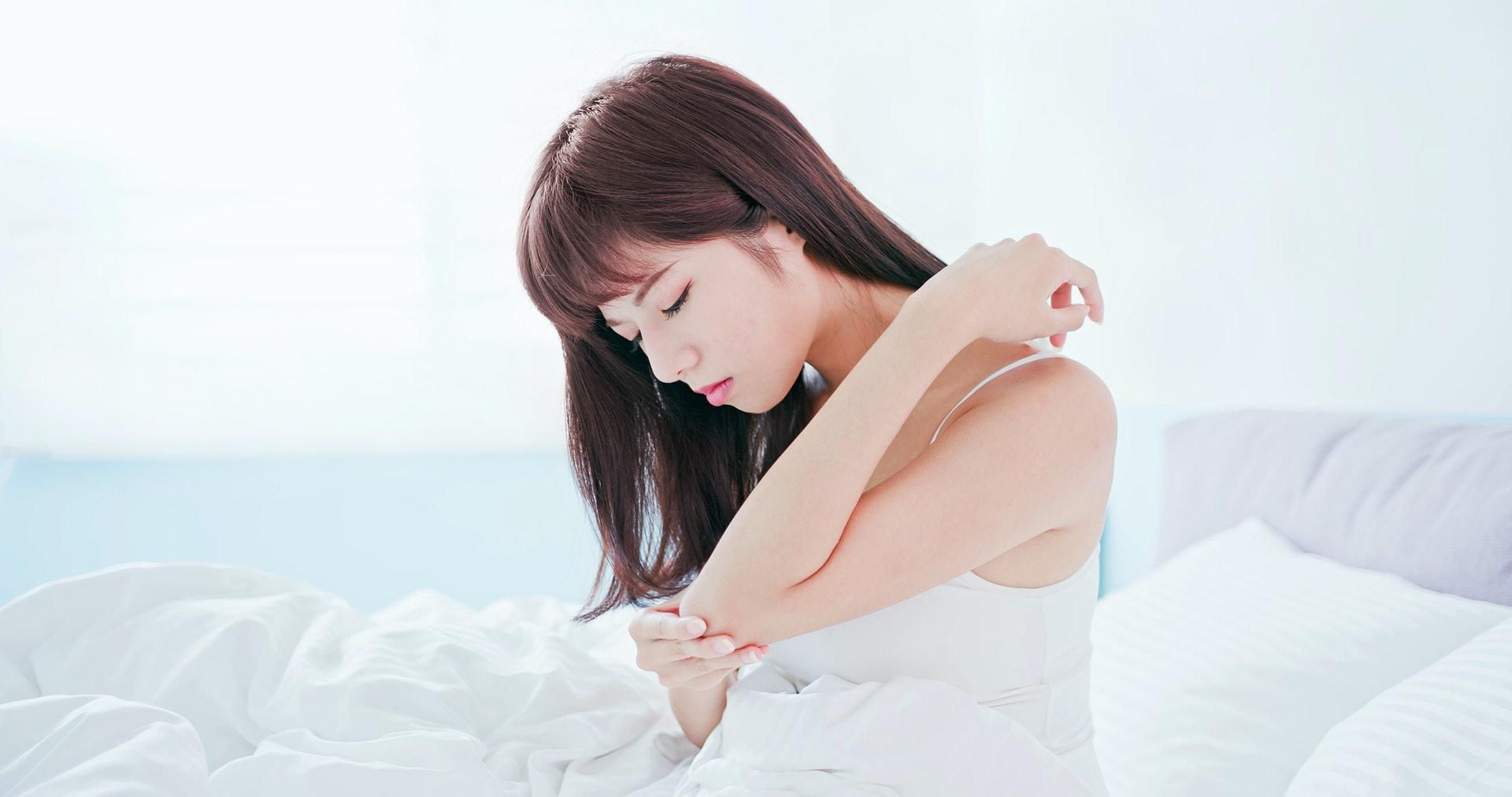 患上急性濕疹大多會於皮膚皺摺位,如手肘內側、腹股溝等位置劇烈瘙癢。(圖片: Shuttlestock)