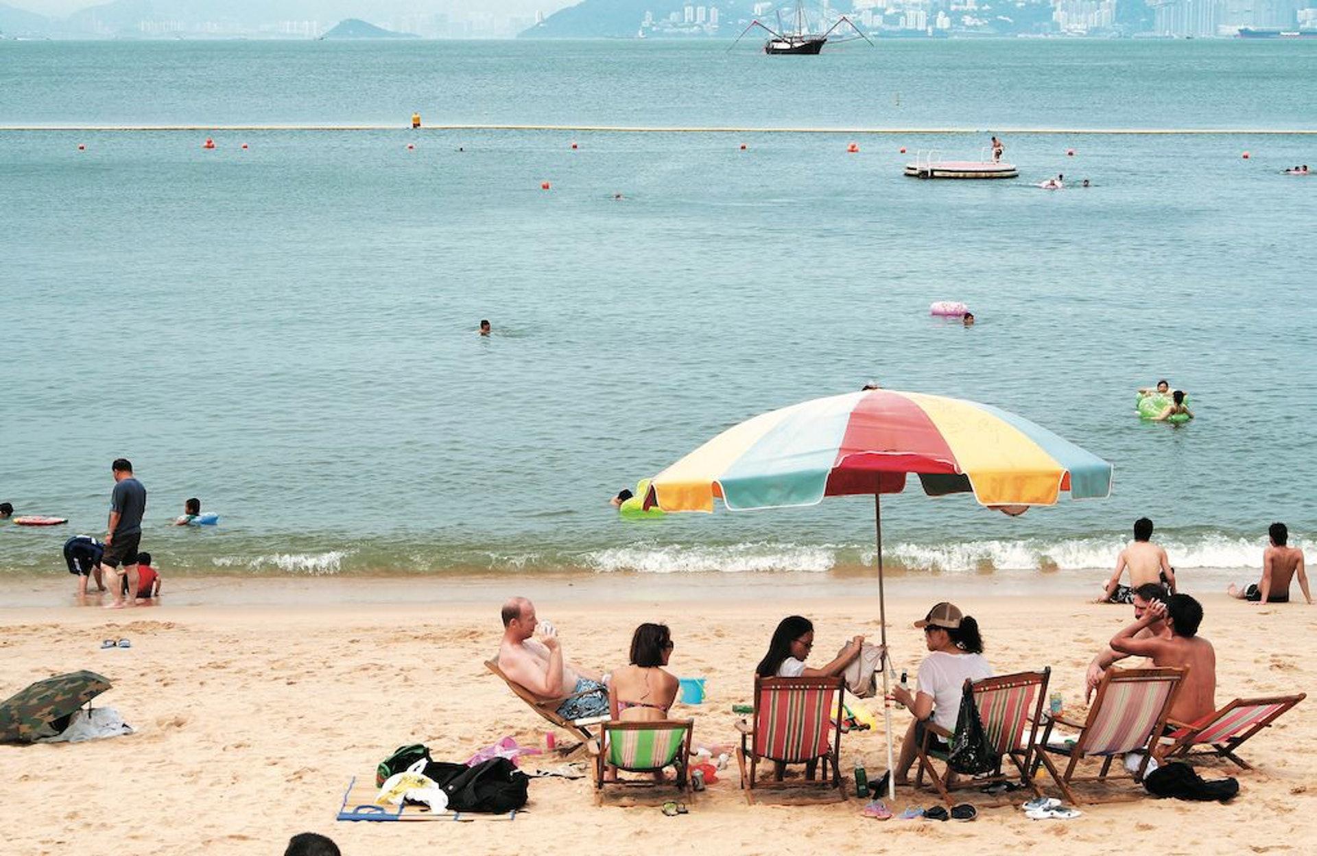 進行水上活動時,高溫的水面和沙灘釋放出蒸氣,會蒸發體液;加上游泳運動量大,加快體力消耗,同樣容易觸發中暑。(圖片:sundaykiss)