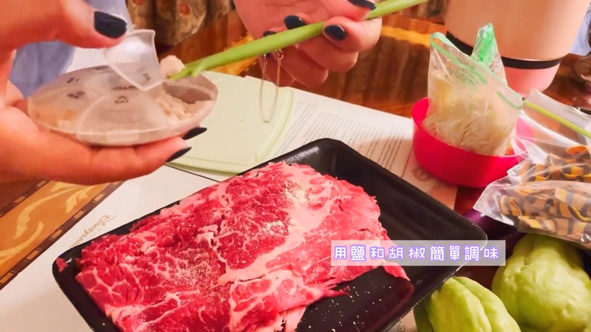 【2】又用調味料腌製牛肉。(YouTube短片截圖)