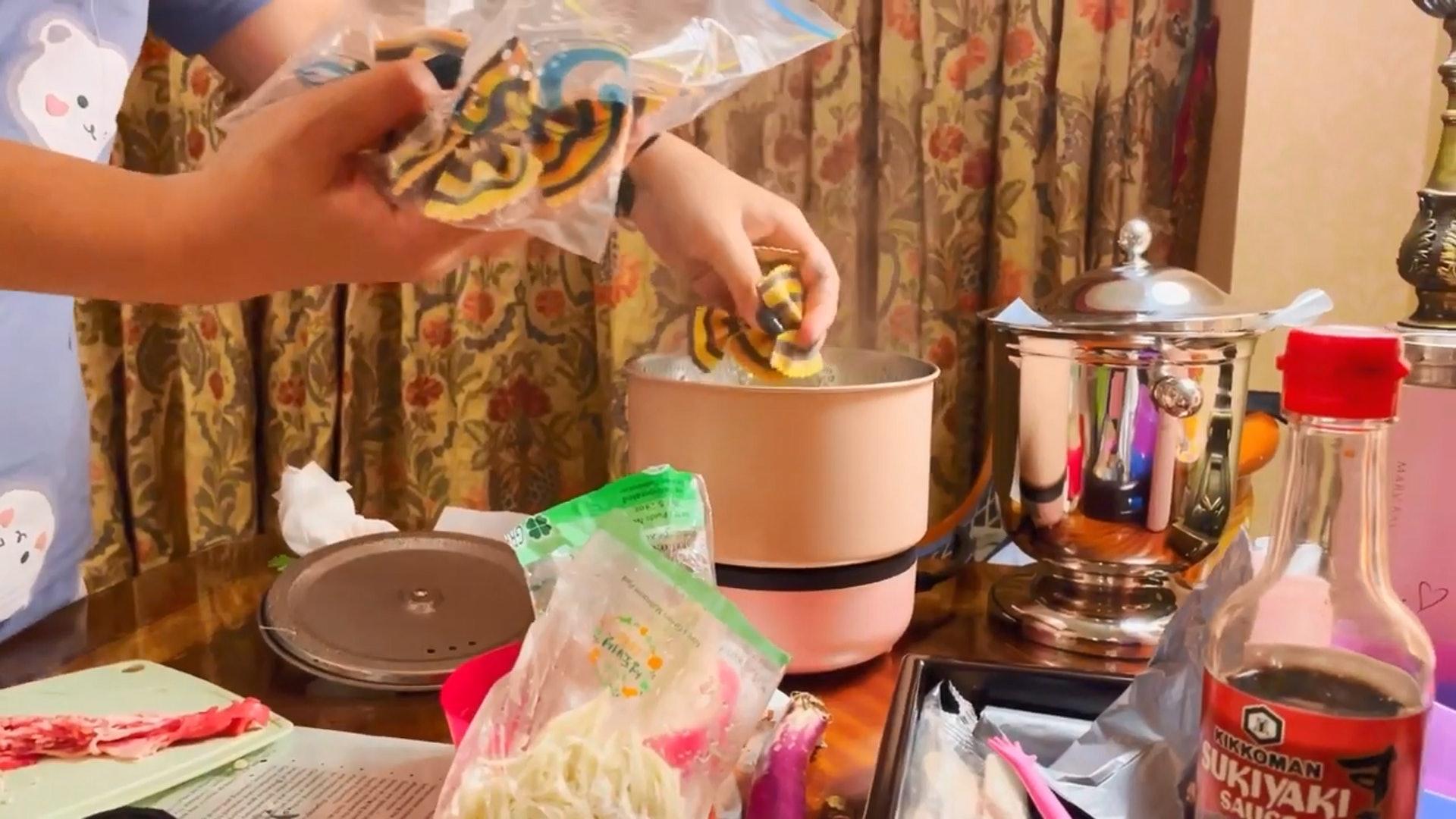 【4】此外,兩位女生又煮蝴蝶粉。。(YouTube短片截圖)
