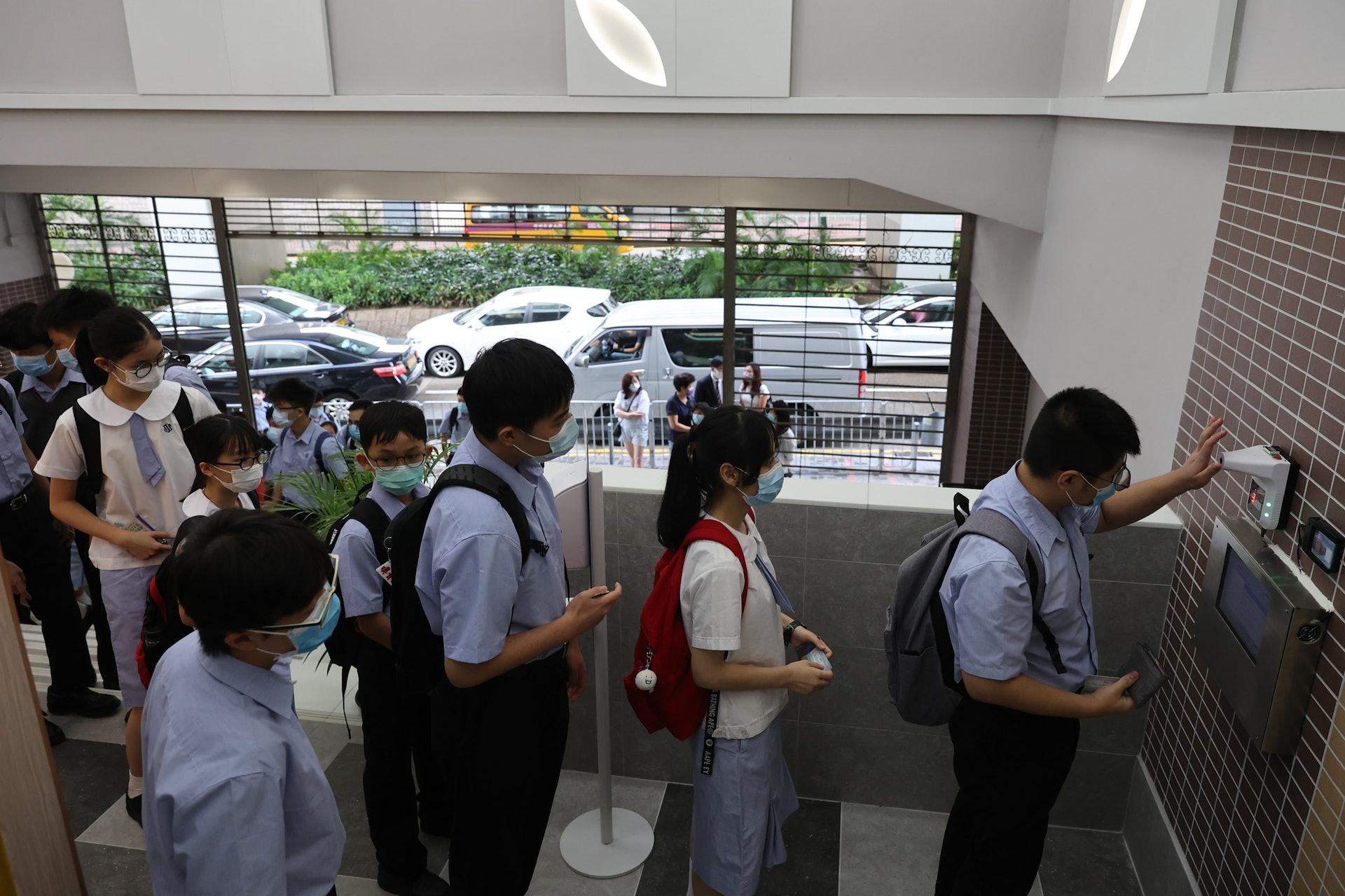 今日開學日,全港中小學恢復半日面授。(廖雁雄攝)