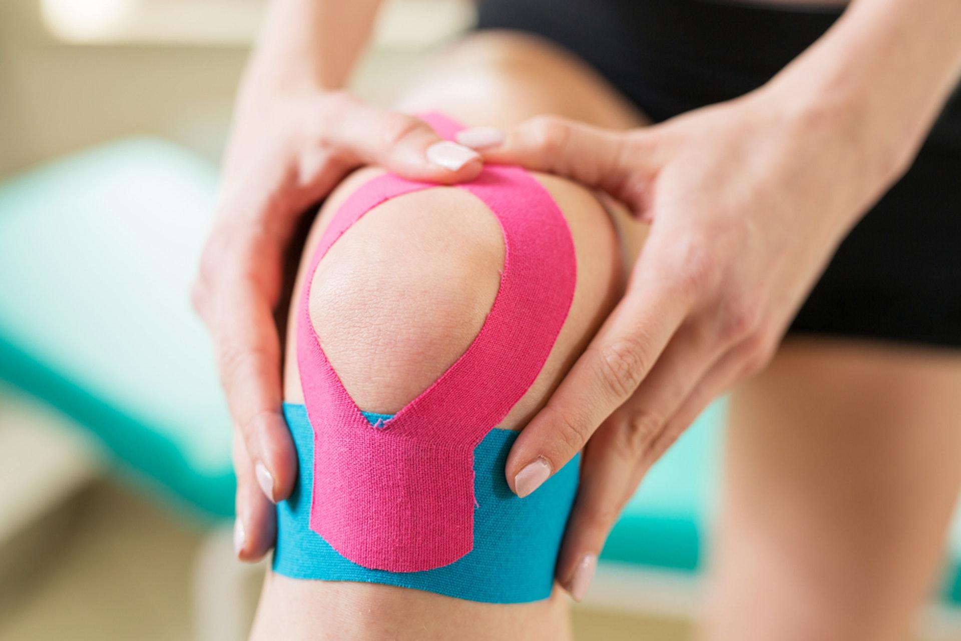 肌內效貼布主要透過黏性及彈性,促進淋巴及血液循環,達至保護或放鬆肌肉治療。(圖片:don1don)