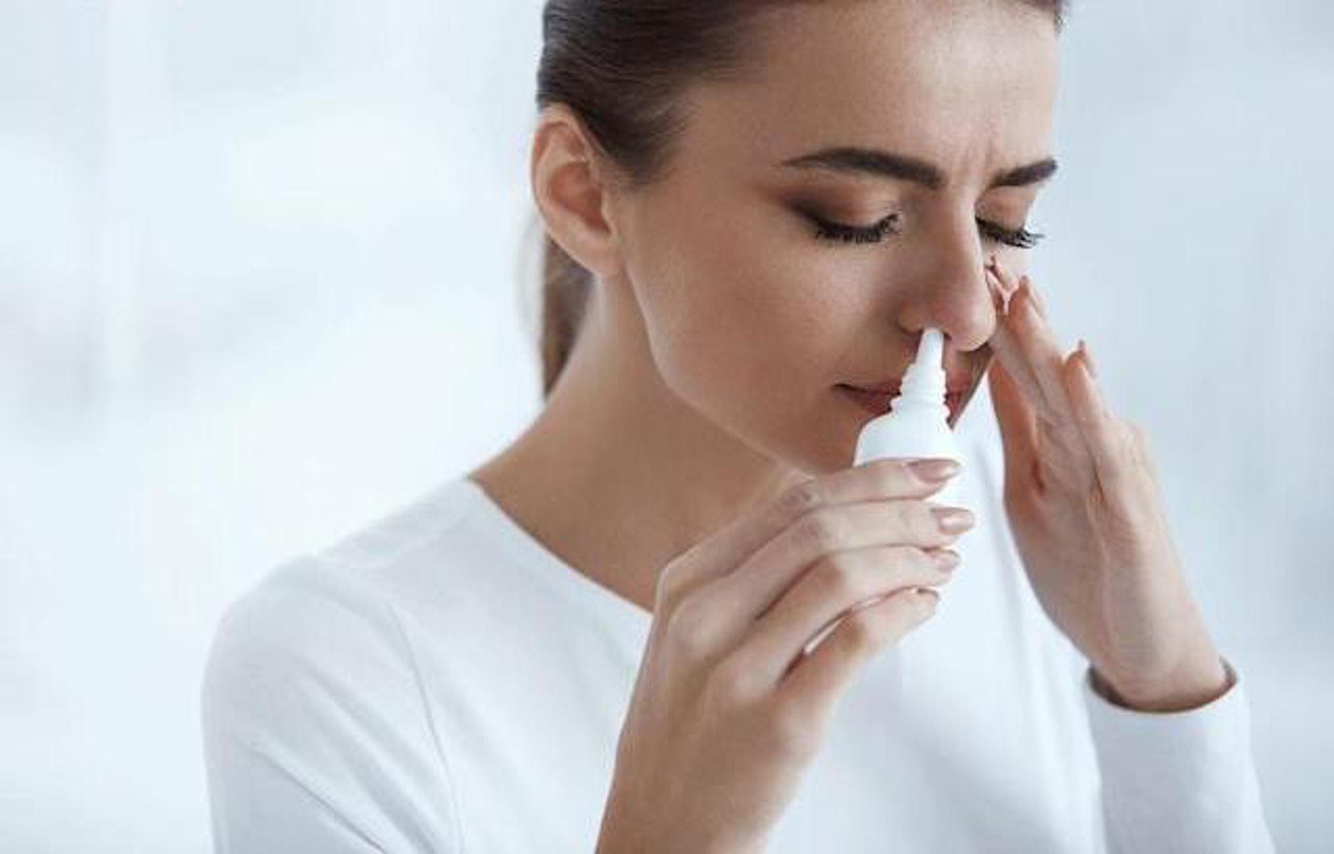 最安全清理鼻孔的做法是用洗鼻水。(圖片:yahoo)