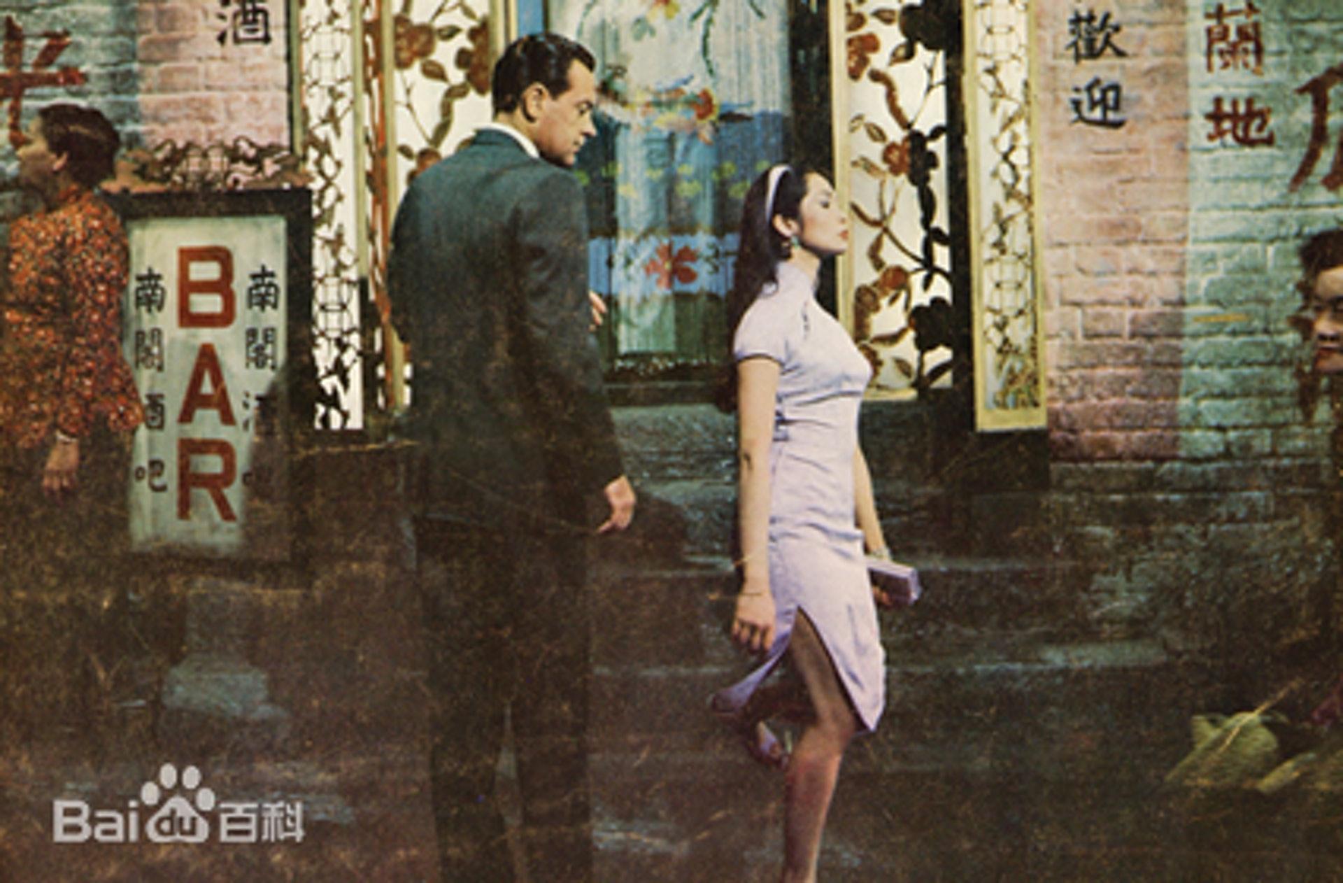 关南施在片中几乎都穿着贴身、开高衩的旗袍。 (百度百科)