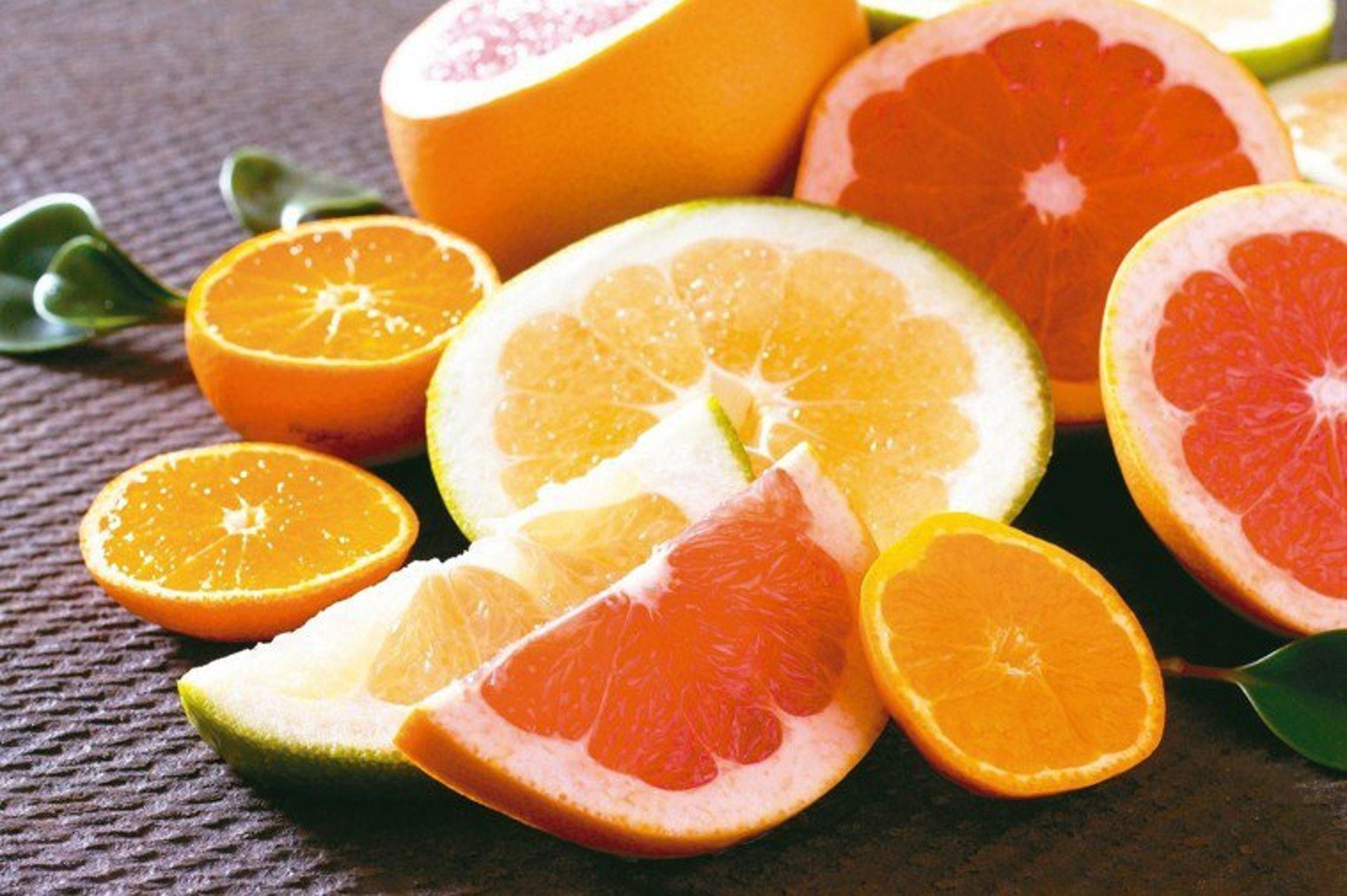 酸甘食物可收斂肺氣、滋陰生津,可選的食物包括柚子、柑橘、檸檬等。(圖片:health.udn)