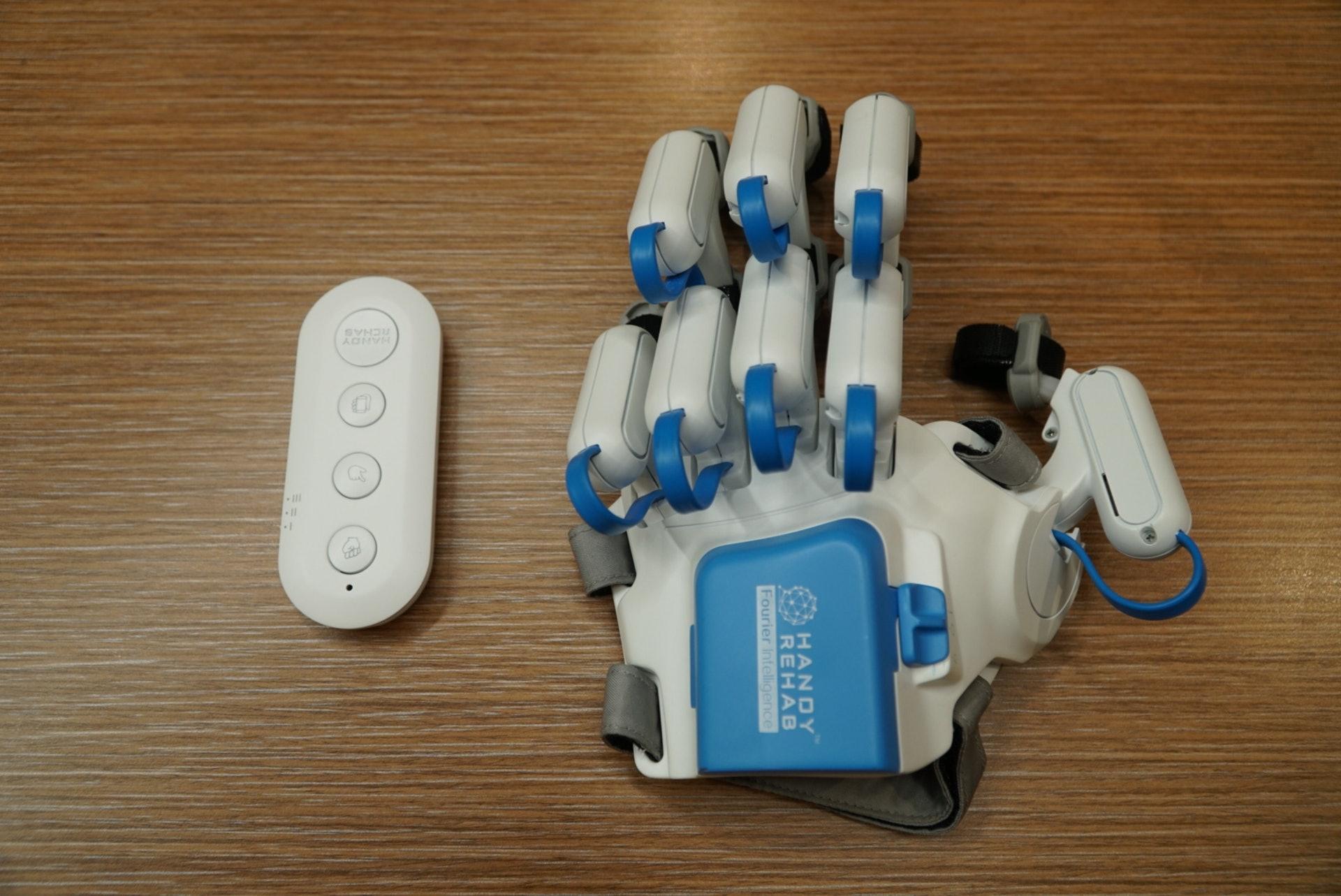 家用復康機械手則以簡化原型為基礎,研發更簡易使用、較輕便及能負擔的復康機械手,讓使用者在家中便能輕易使用。(曾鳳婷攝)