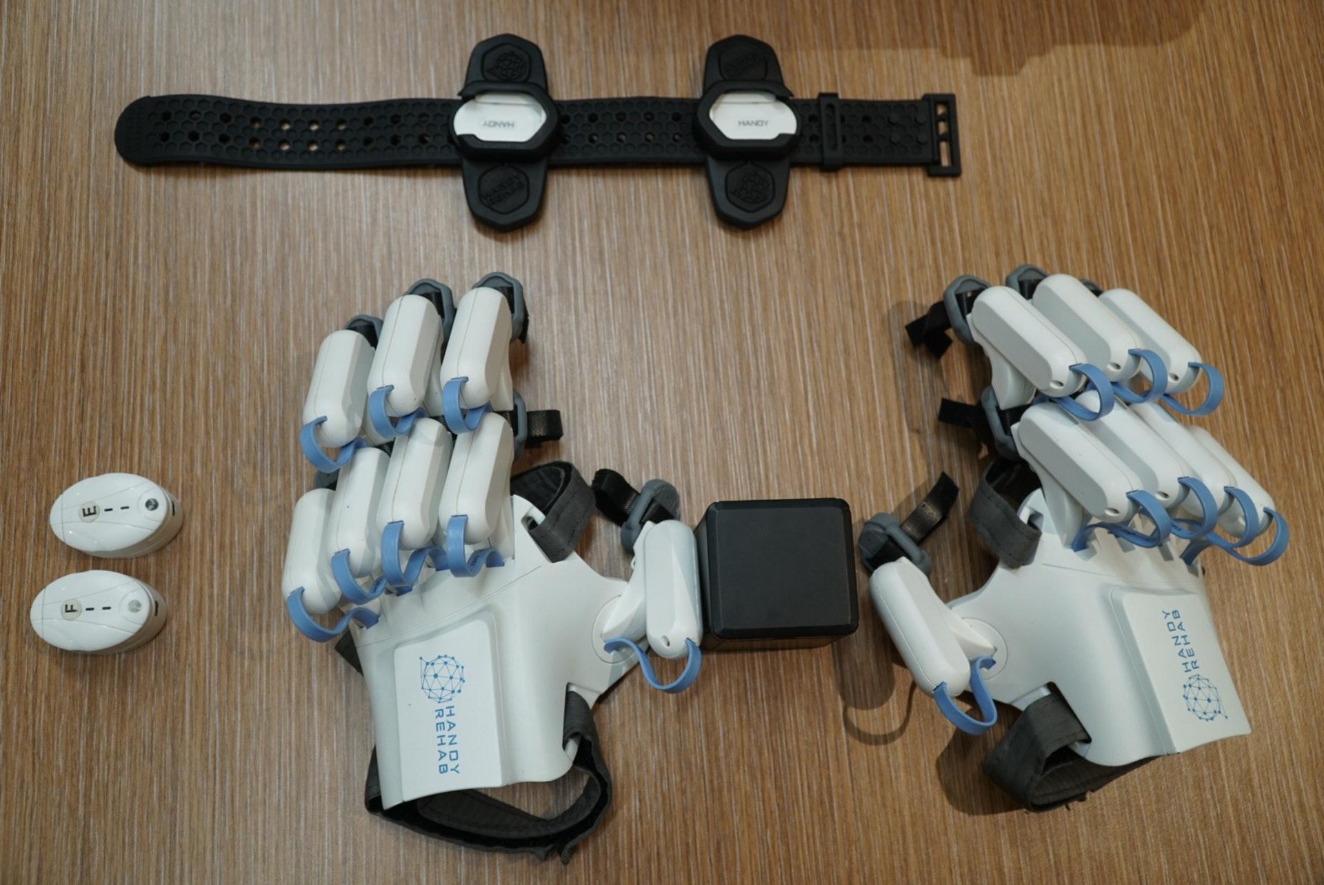 家用版復康機械手的原型是自家機構的醫療用版復康機械手。由於醫療用版較為複雜,零件亦較多,需要在復康員或物理治療師的專業人士輔助下才能使用。(曾鳳婷攝)