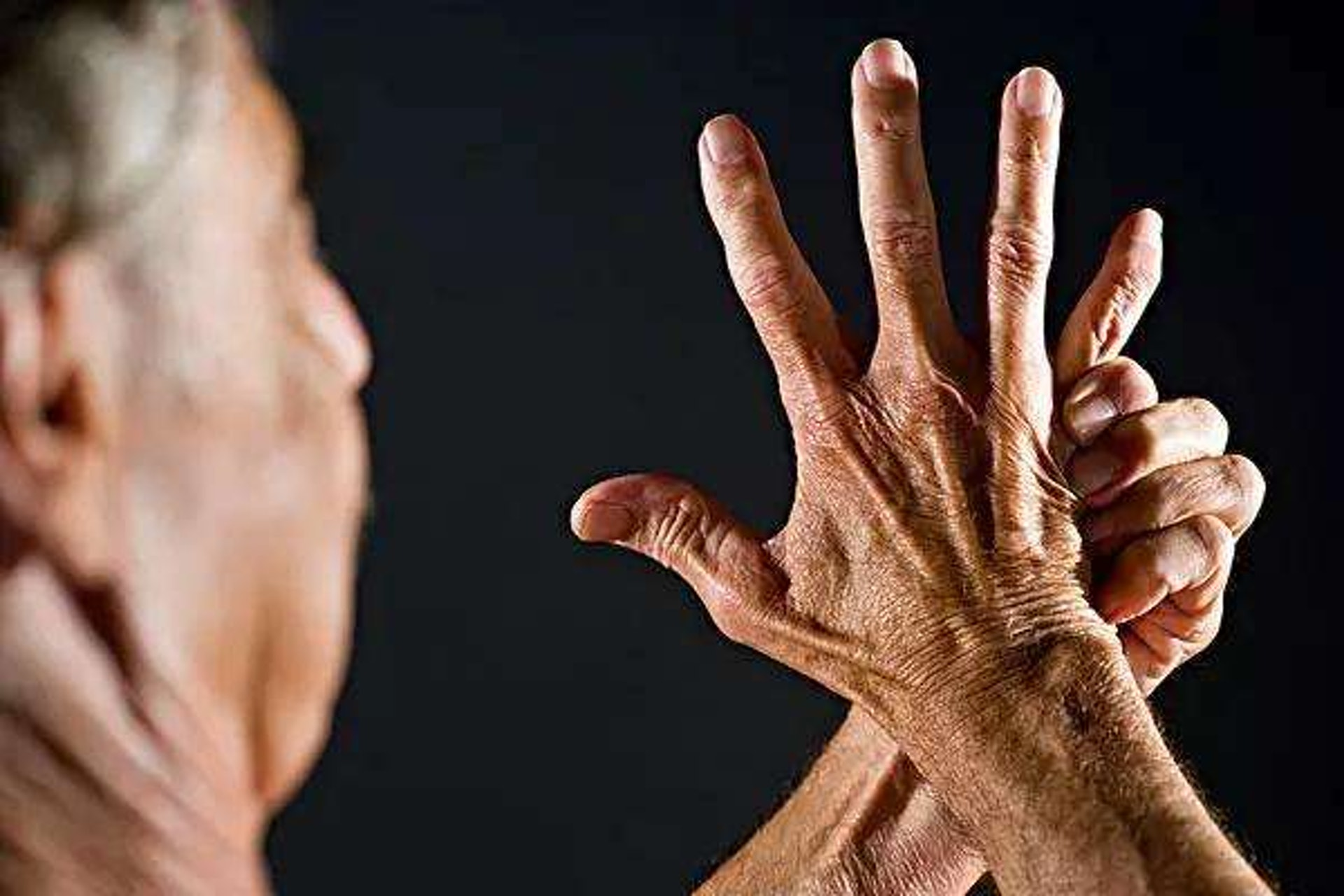 早上發作的通常是退化性關節炎或類風濕關節炎;痛風性關節炎則通常在晚上發作。(圖片:ifuun)