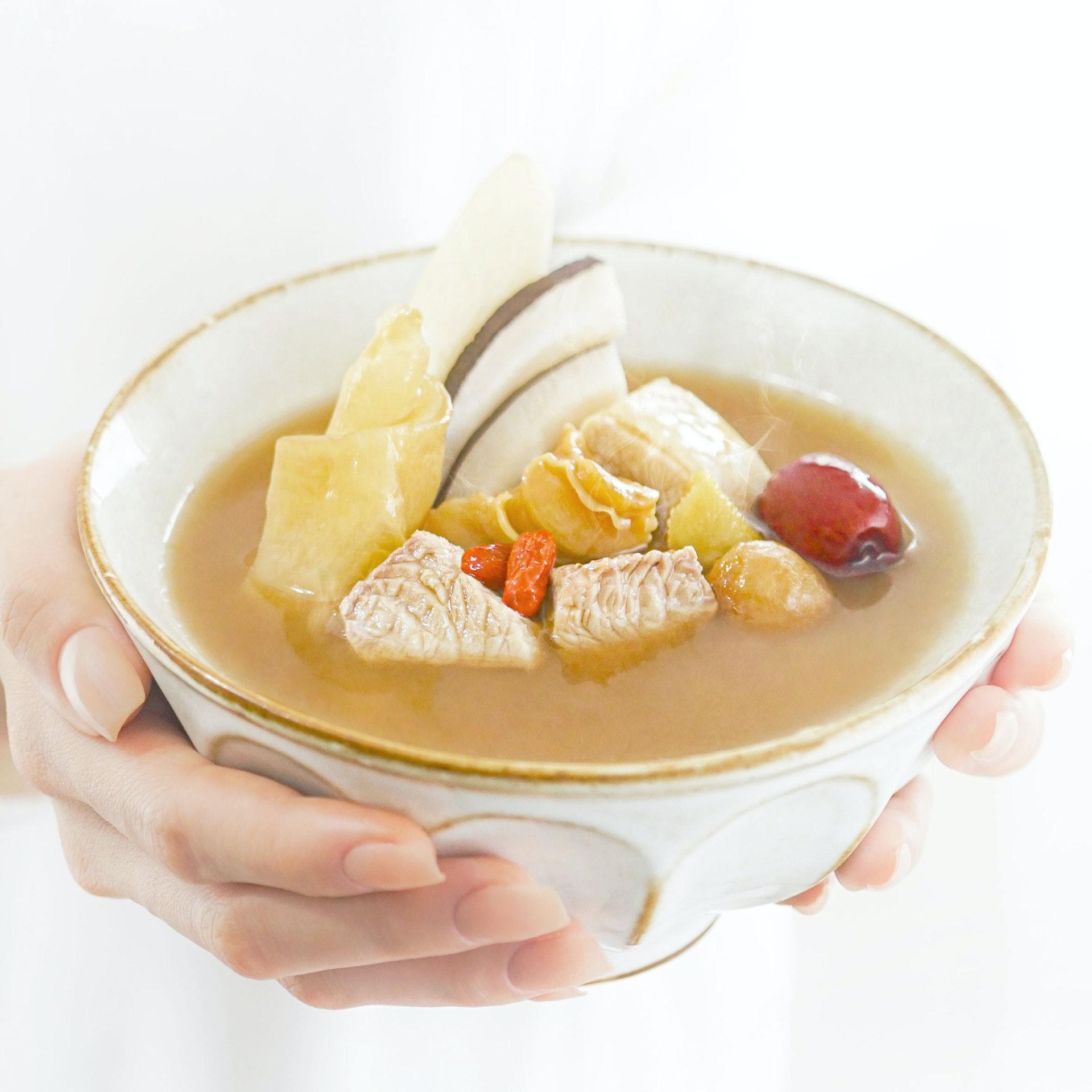 香港製造的moonwell食療湯包可見湯料豐富、湯底濃郁,跟一般無湯料湯包有區別。(圖片:moonwell)