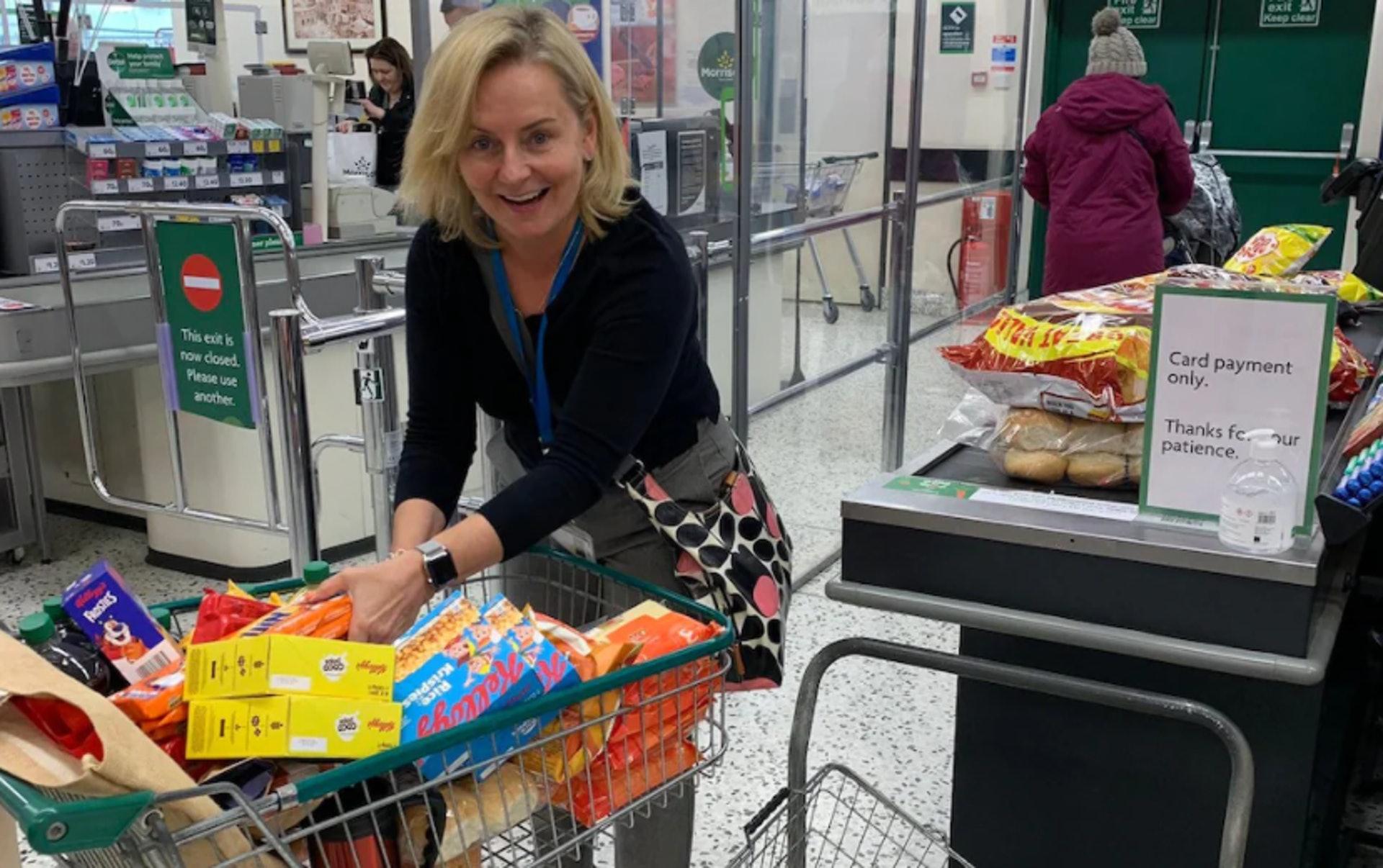 供應短缺下,學校也要儲糧。英國威爾特郡一間學校的職員同超巿掃貨。( Downland School/Twitter)