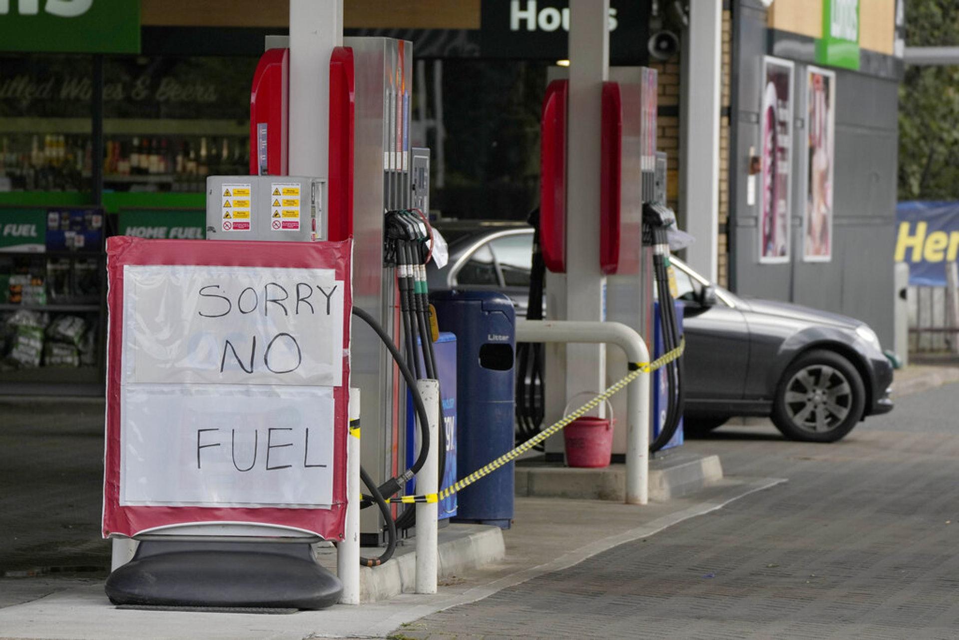 運油車司機同樣短缺,燃油供應同受影響。(AP)