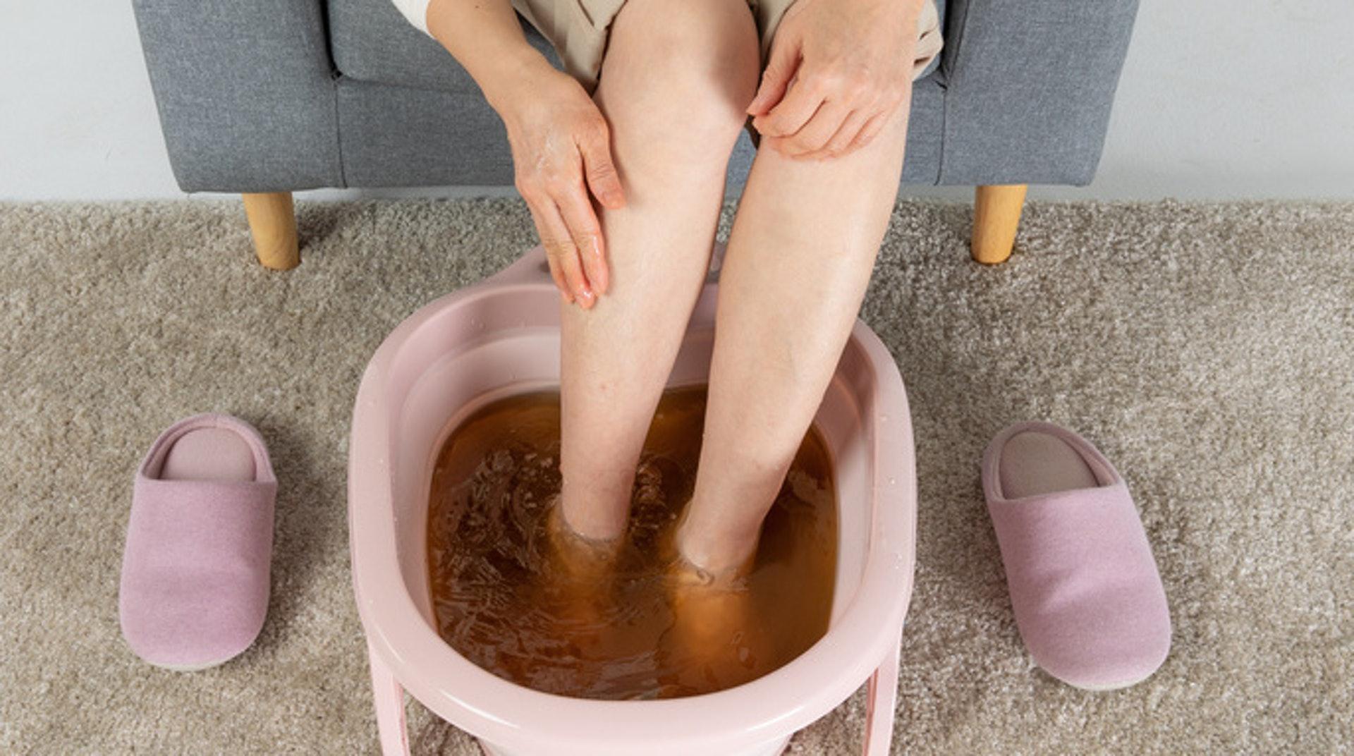 「白露身不露,寒露腳不露」,寒露後的養生重點之一便是足部保暖。熱水泡腳有助促進足部血液循環,驅寒功效顯著。(圖片:wsjkw)