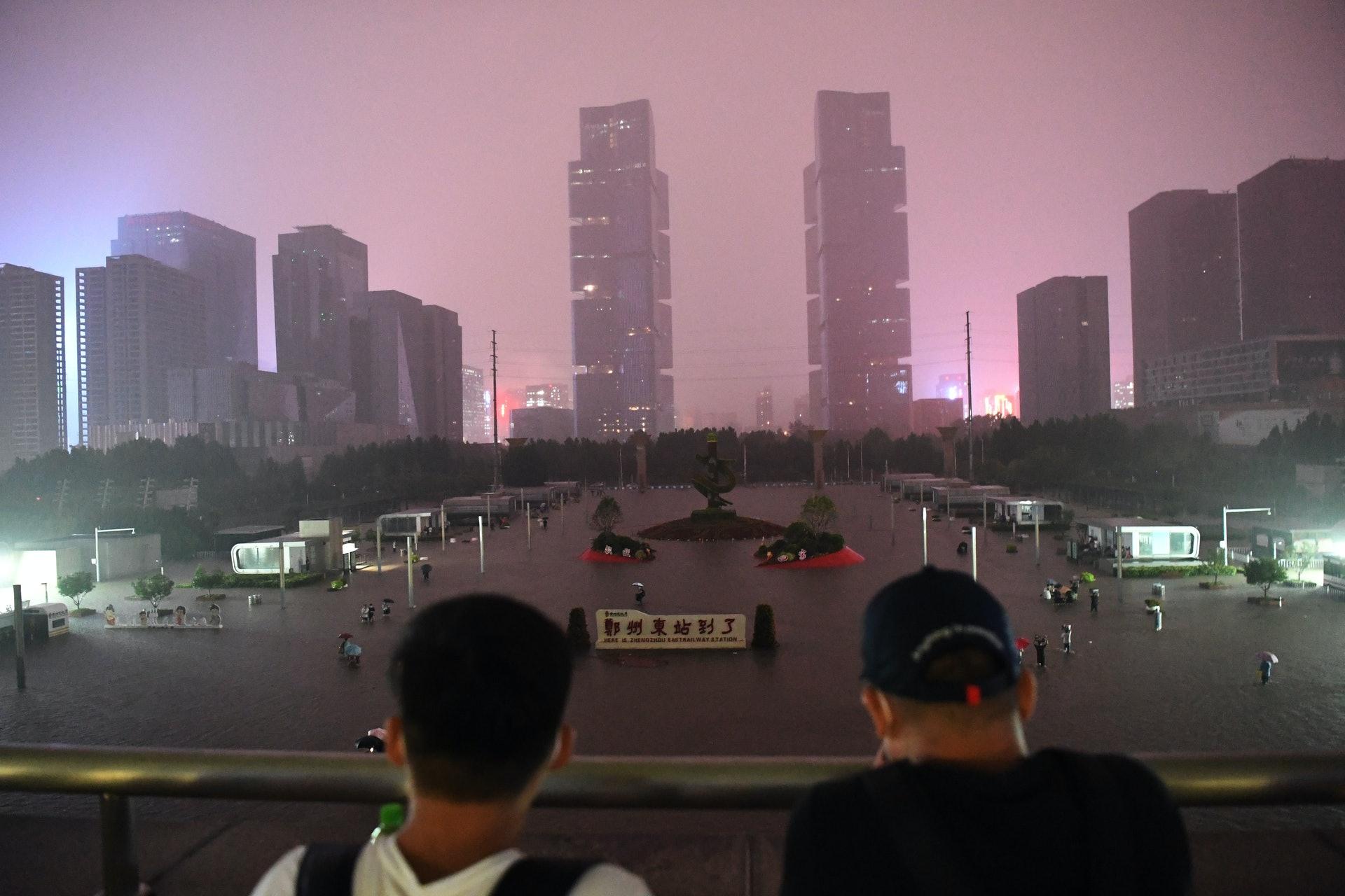 7月20日,河南省鄭州市受強降雨影響,單日降雨量突破歷史極值,單小時降雨量超過日曆史極值。暴雨致使鄭州東站多趟列車停運,市區道路積水嚴重,交通中斷,大量旅客滯留車站。(新華社)