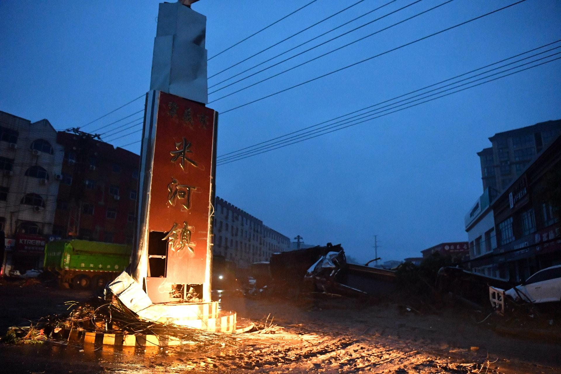 7月20日,河南省鞏義市米河鎮鎮區因強降雨被淹沒,電力、通訊中斷,一度與外界失去聯繫。(新華社)