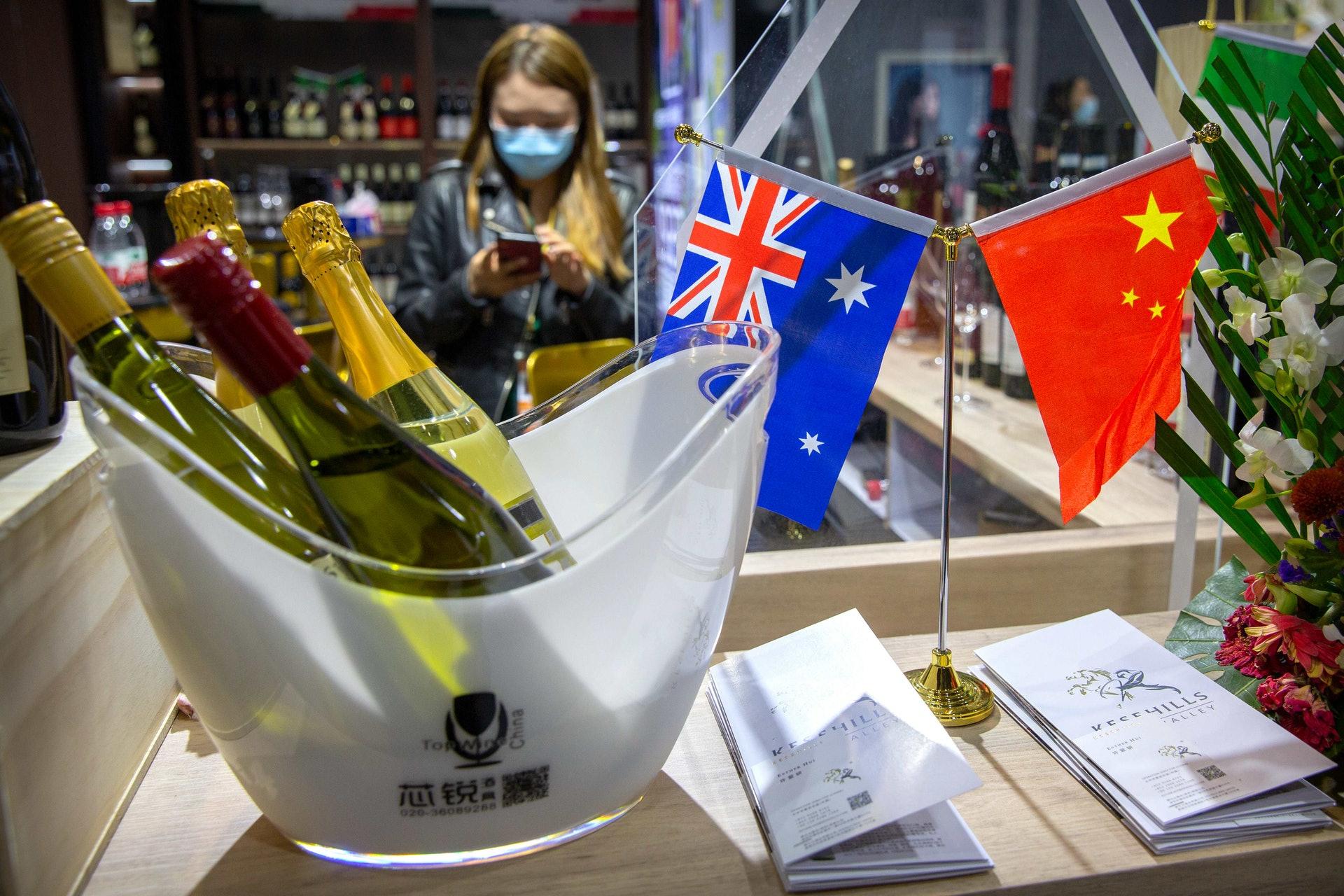 2020年11月5日,澳洲葡萄酒商出席在上海舉行的中國國際進口博覽會。(AP)