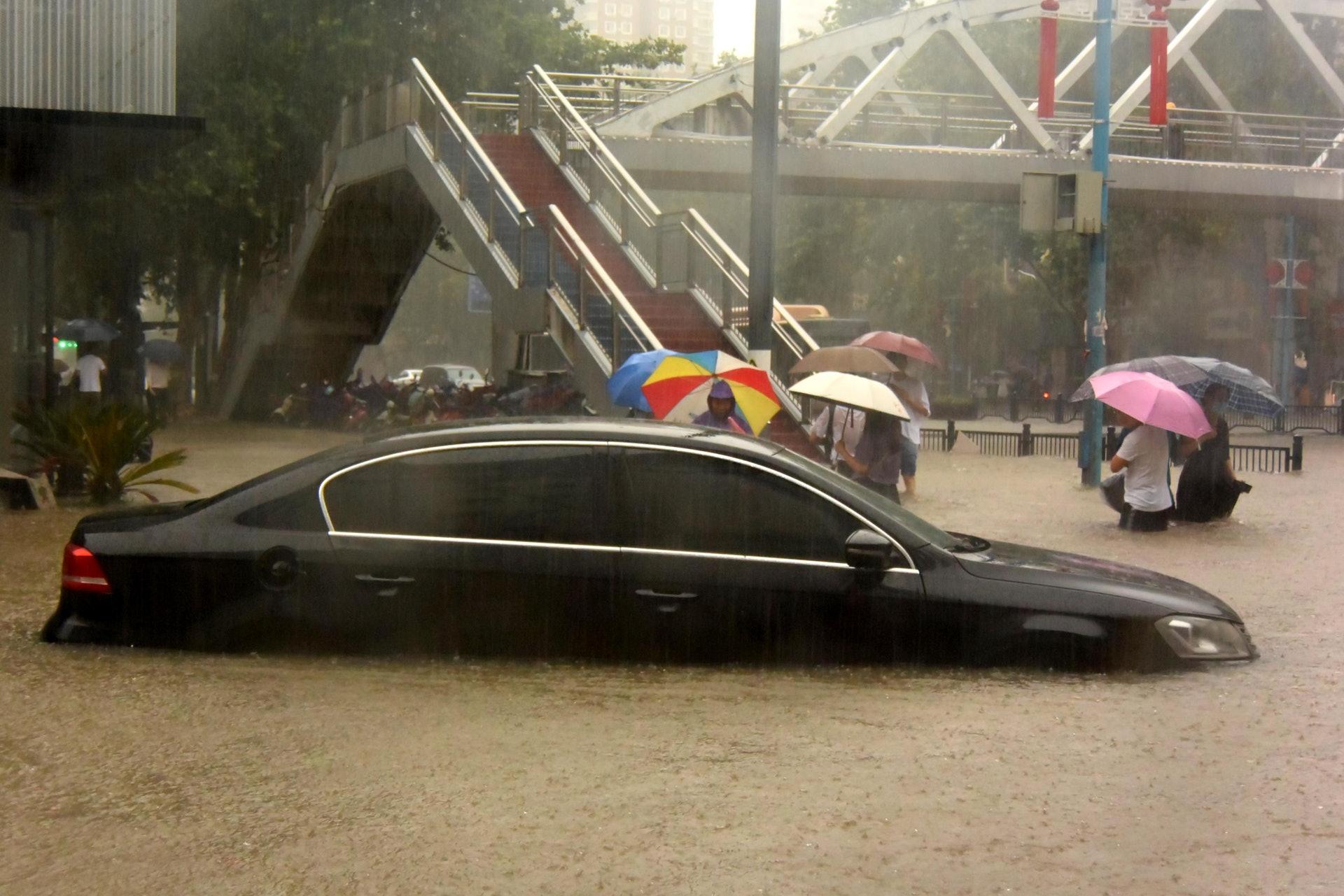 7月20日,車輛在鄭州市街頭被淹。(新華社)