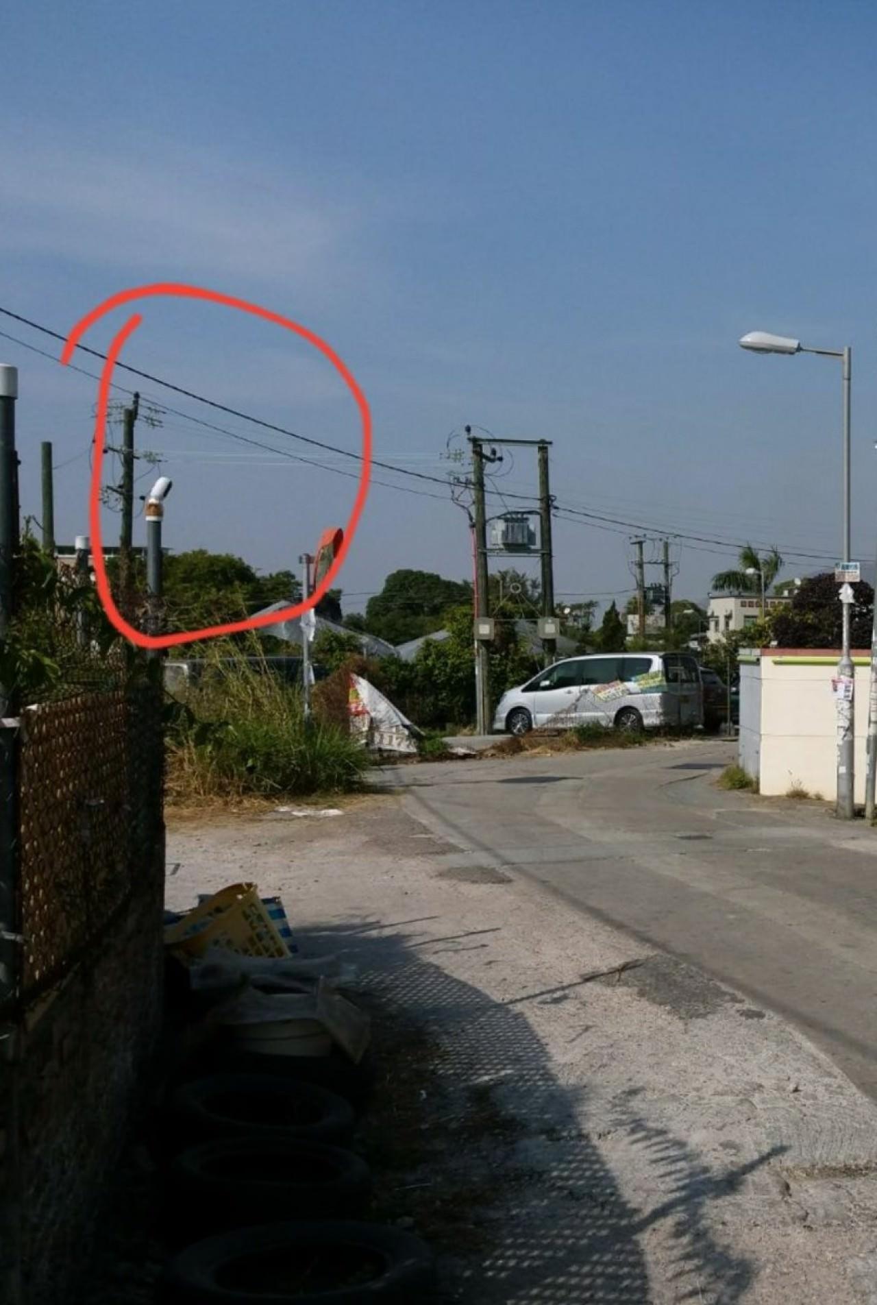 當接到街坊通報,義工趕到現場視察,還會請求附近屋主准許他們設閉路電視監察狗狗縱影。(受訪者提供)