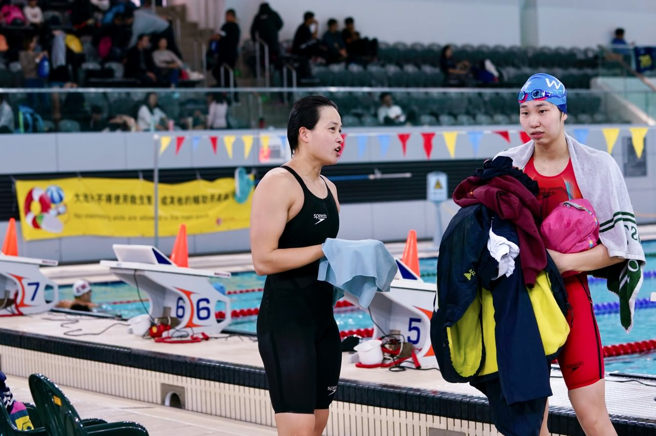 女子100米自由泳尤如港���Q,施幸余最�K�@得第四。(�钣盥N�z)