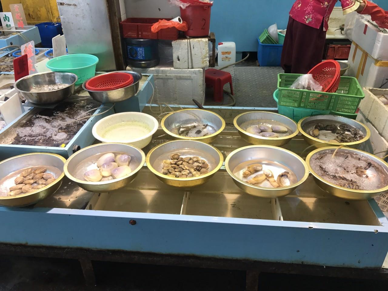 魚販指所出售的海產適合用作放生。(香港01記者攝)