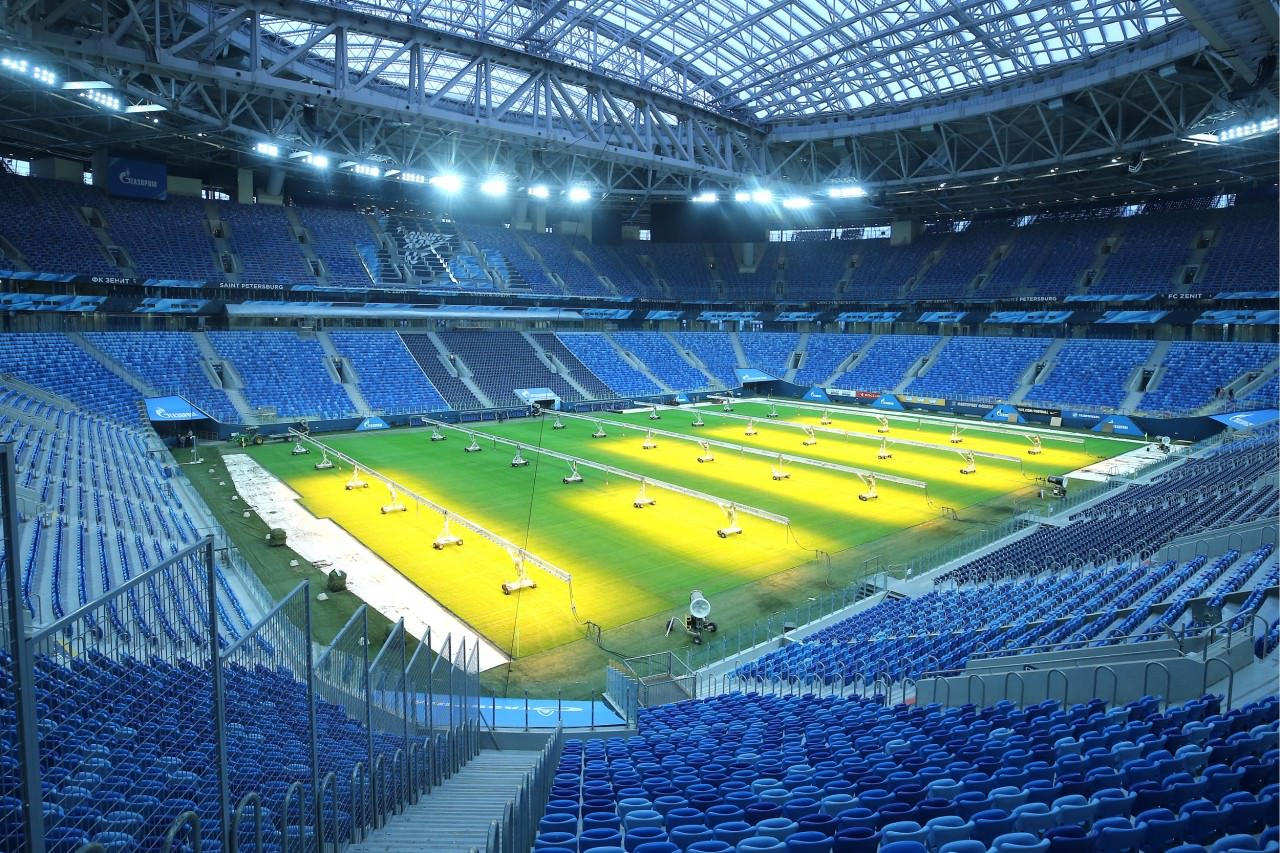 俄罗斯正在使用特制荧光灯养草,准备供作赛使用的圣彼得堡大球场,这个球场将举办4强及季军战等。