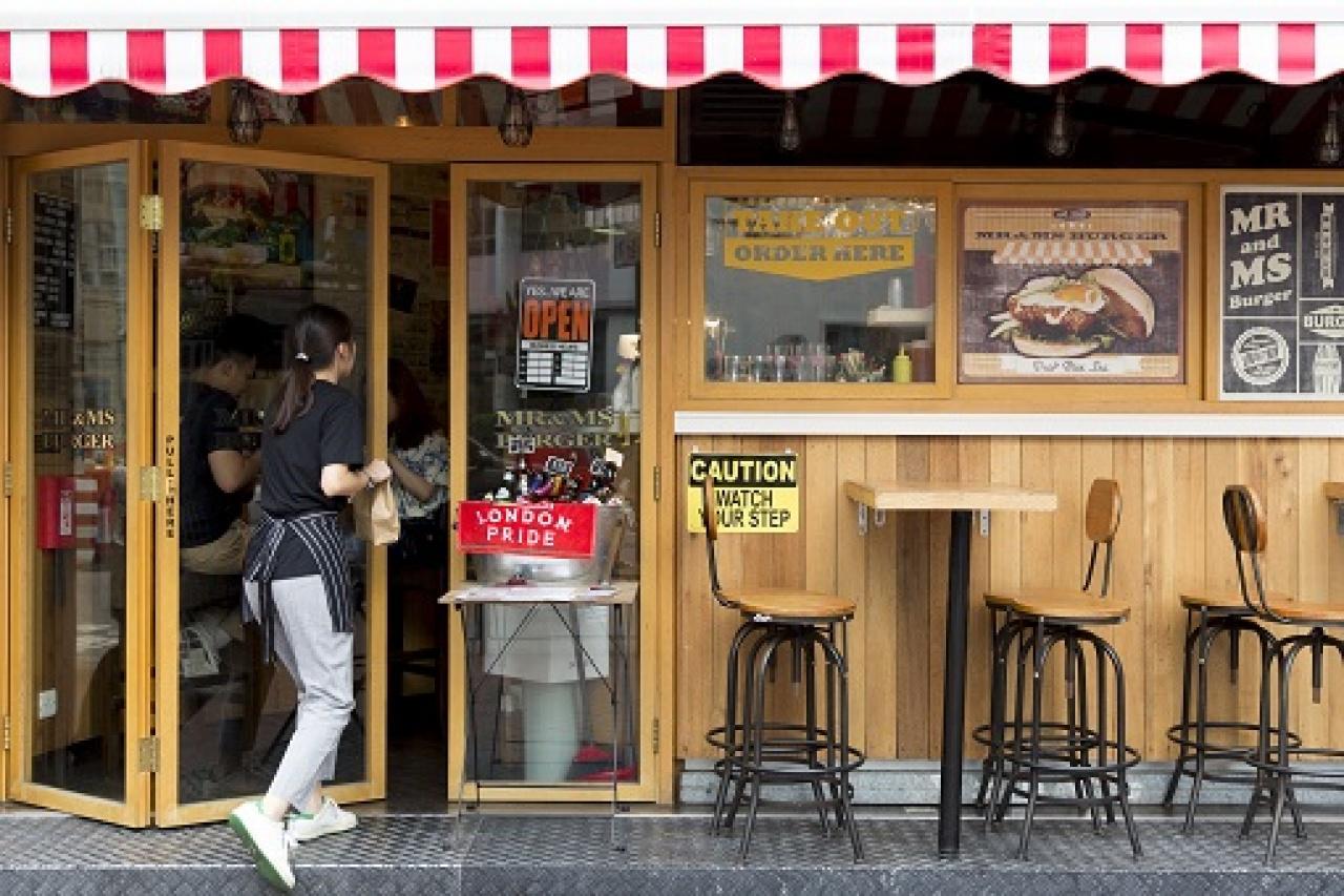 位於海壩街上街角原址,原是專門售賣德國啤酒的酒吧。經翻新改造過後,漢堡店的裝潢懷舊又別緻,是區內的個性小店,也是年輕一輩和上班族的周末好去處。(潘思穎攝)
