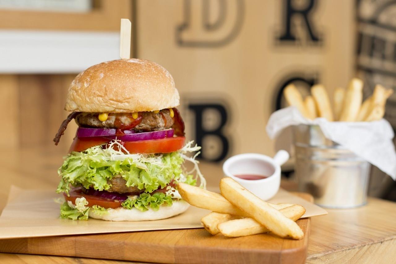 老闆Michael對製作漢堡非常講究。Mr & Ms Burger漢堡的特色,由層層手工製作的漢堡扒、增量蔬菜和自製醬汁製成,口味獨特清爽。(潘思穎攝)