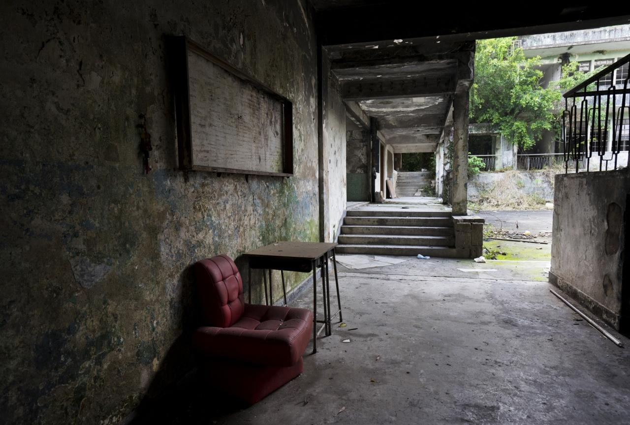 達德學校至今荒廢18年,有傳聞指日佔時期,學校四周山邊是亂葬崗。(廢墟攝影師Sing Chan提供)