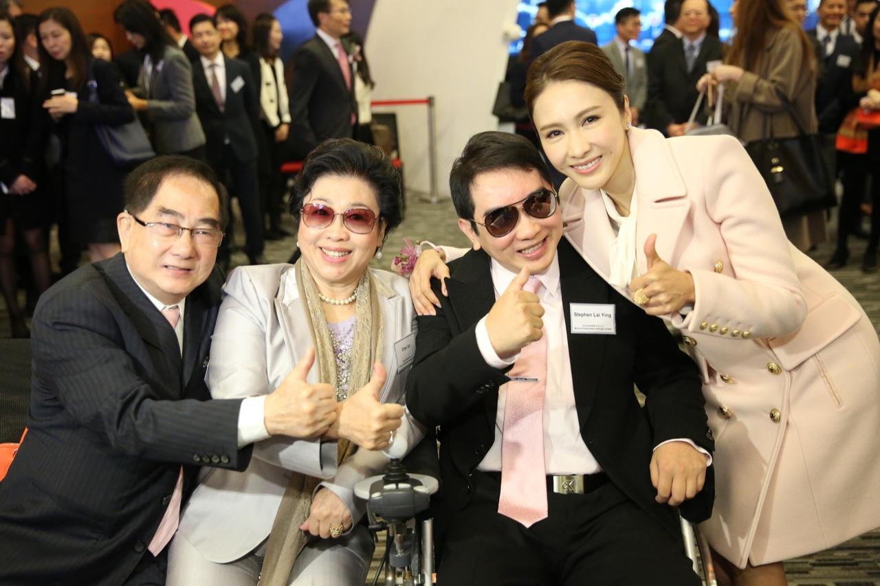 卓珈控股上市,黎姿的父親﹙左一﹚、母親﹙左二﹚及弟弟﹙右二﹚都有出席支持。﹙鄭子峰攝﹚