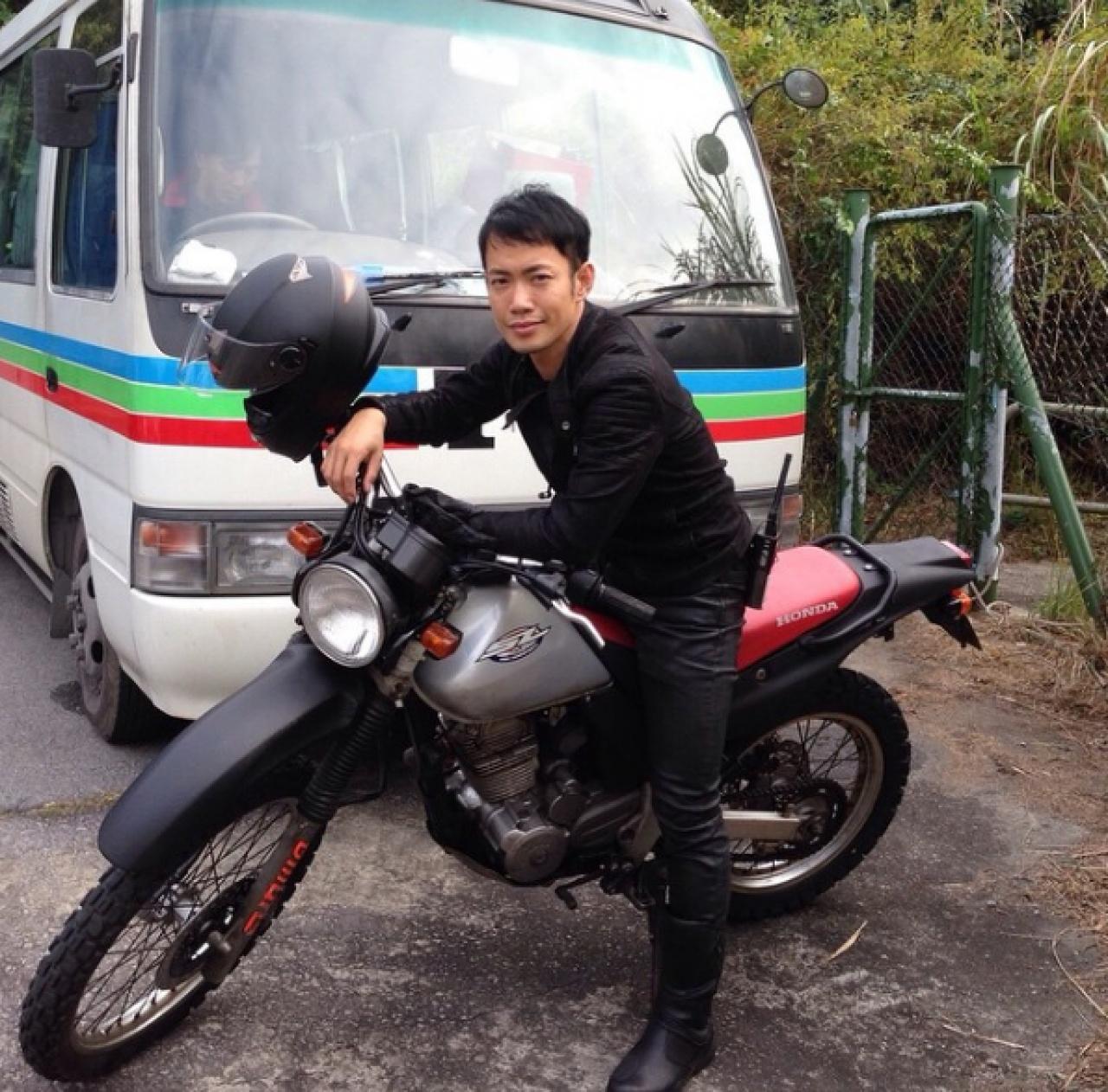 敖嘉年在事業低潮期,不但考了電單車牌,更考獲24噸貨車牌,為自己謀定後路。(Instagram圖片)